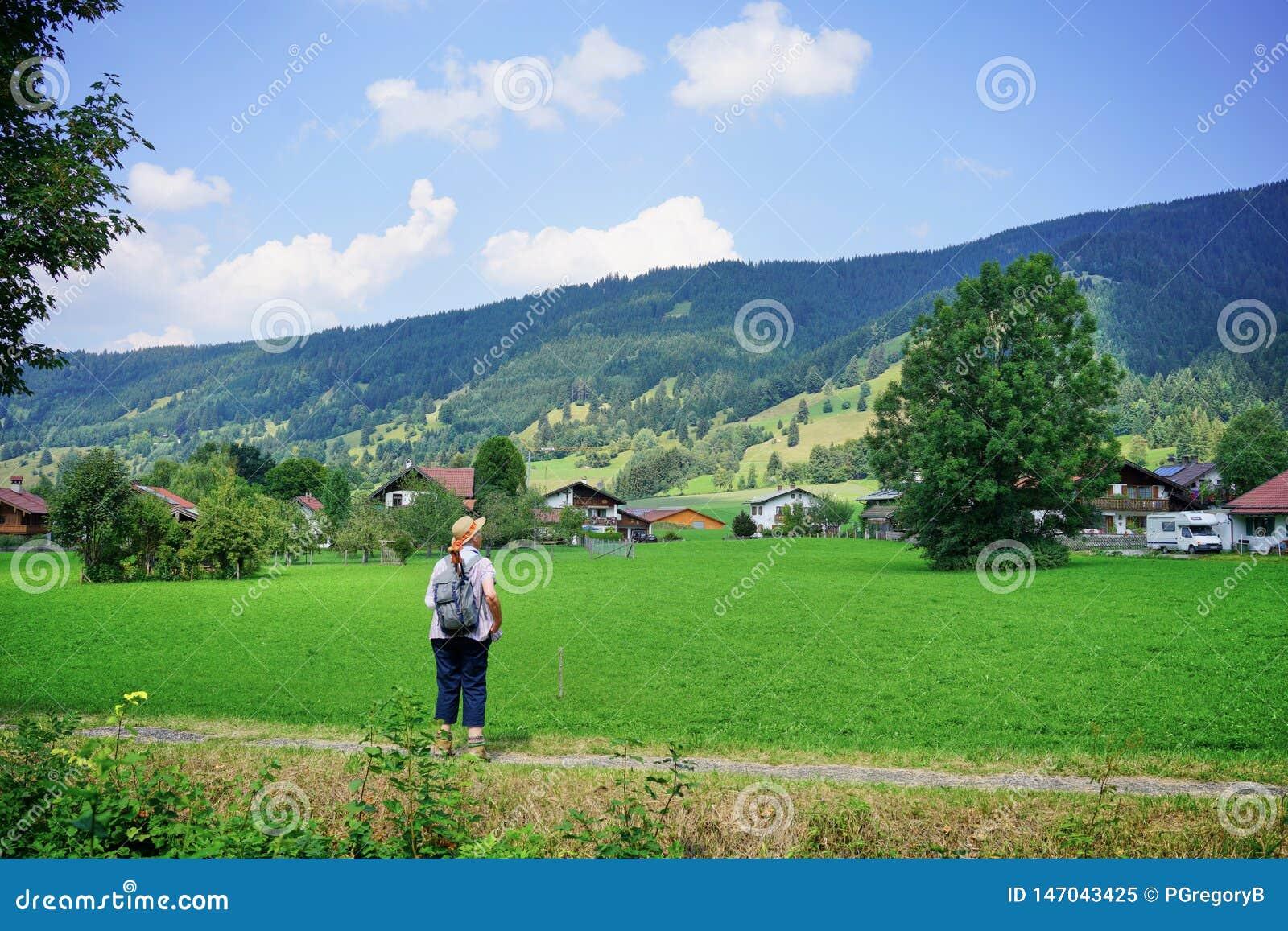 El caminante femenino mayor admite el campo bávaro