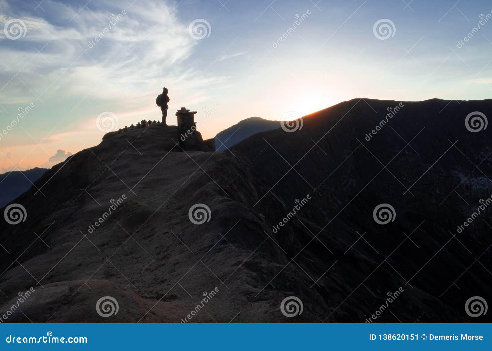 El caminante mira salida del sol sobre el soporte Bromo, Java, Indonesia