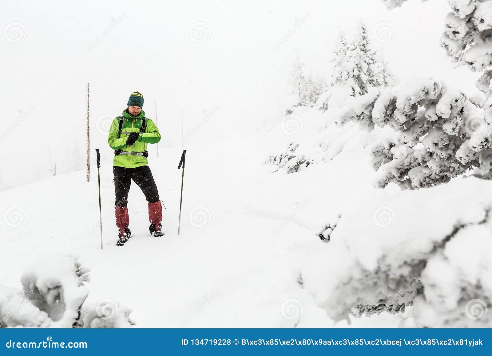El caminante perdió en las montañas del invierno, concepto de la expedición de la aventura