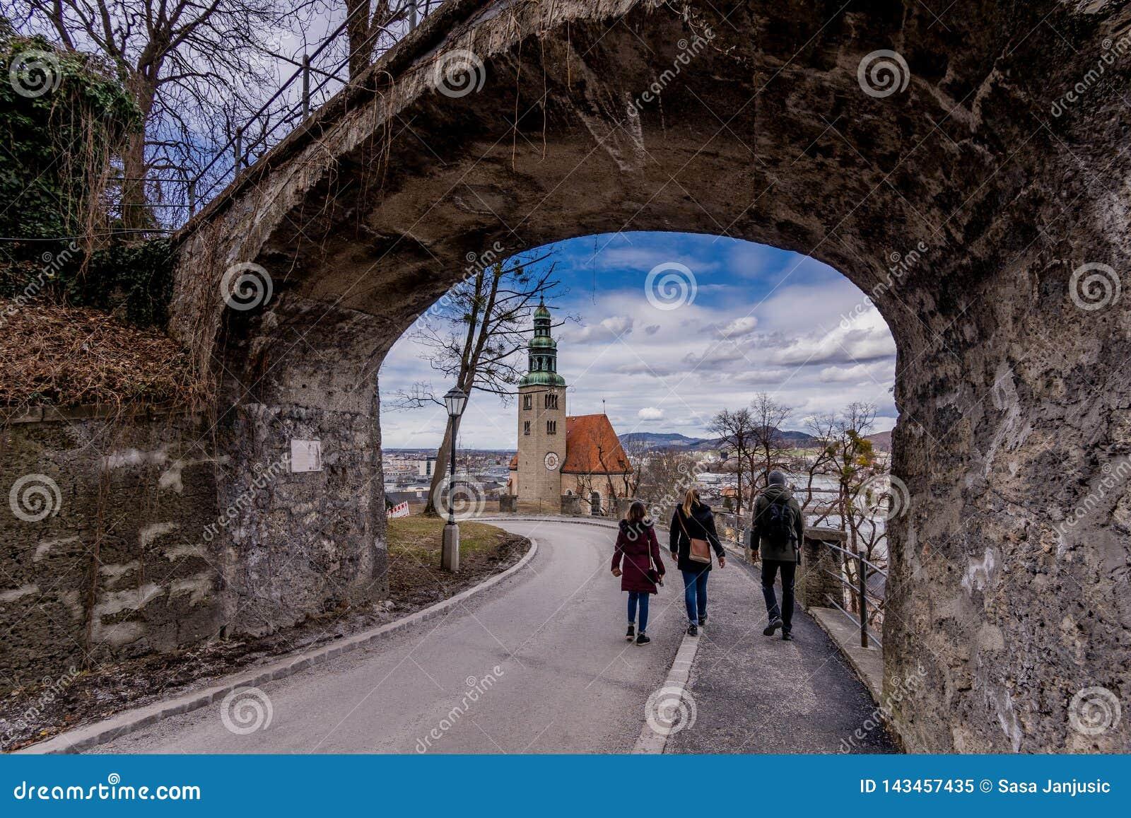 El caminar alrededor de viaje histórico de la gente de Salzburg Austria de los lugares