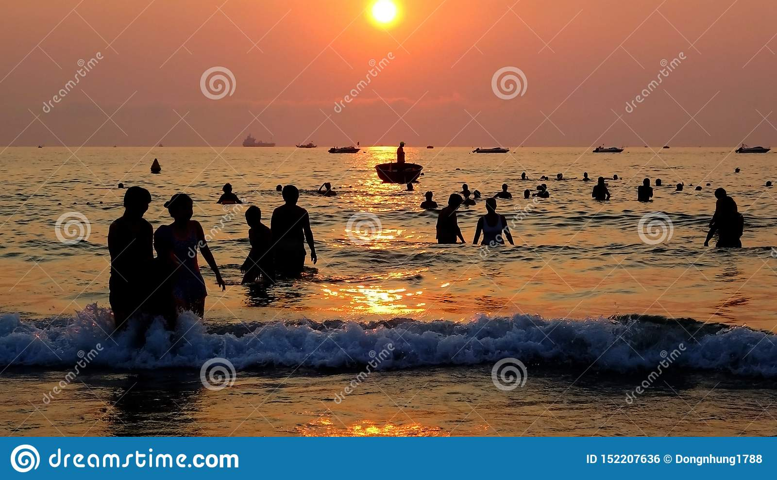 El caminar en el amanecer en el mar