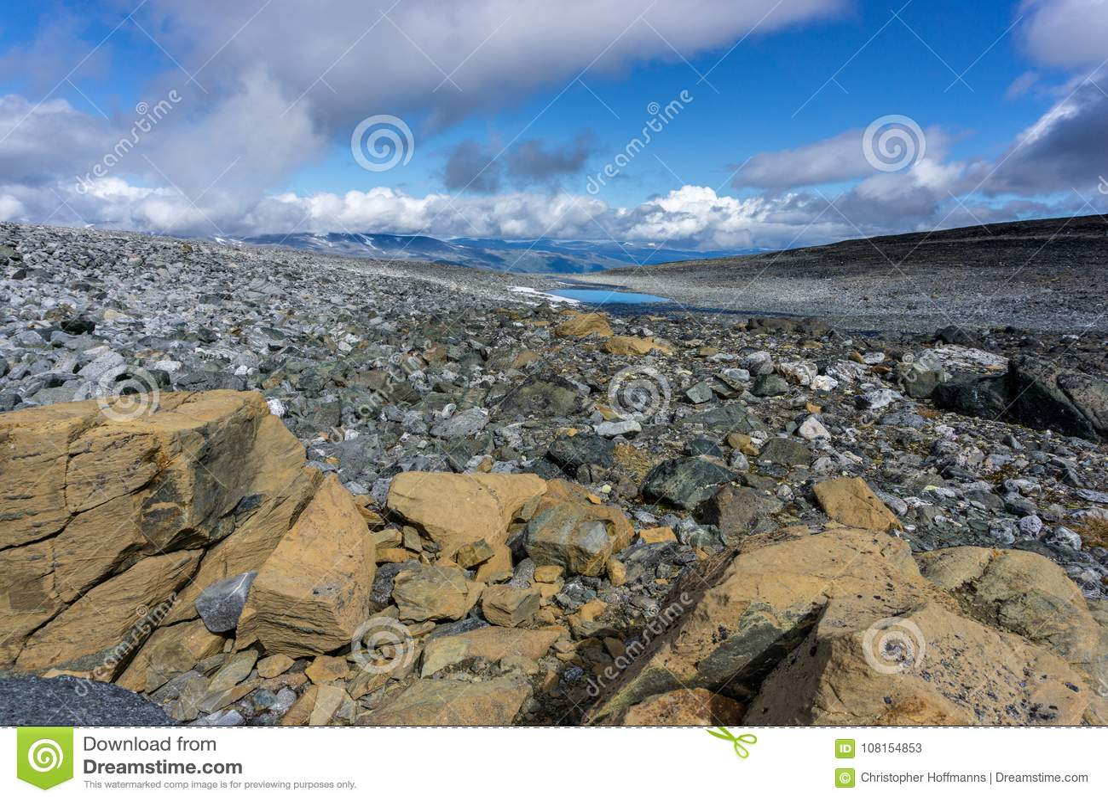 El caminar en los jotunheimen del parque nacional en Noruega en el verano