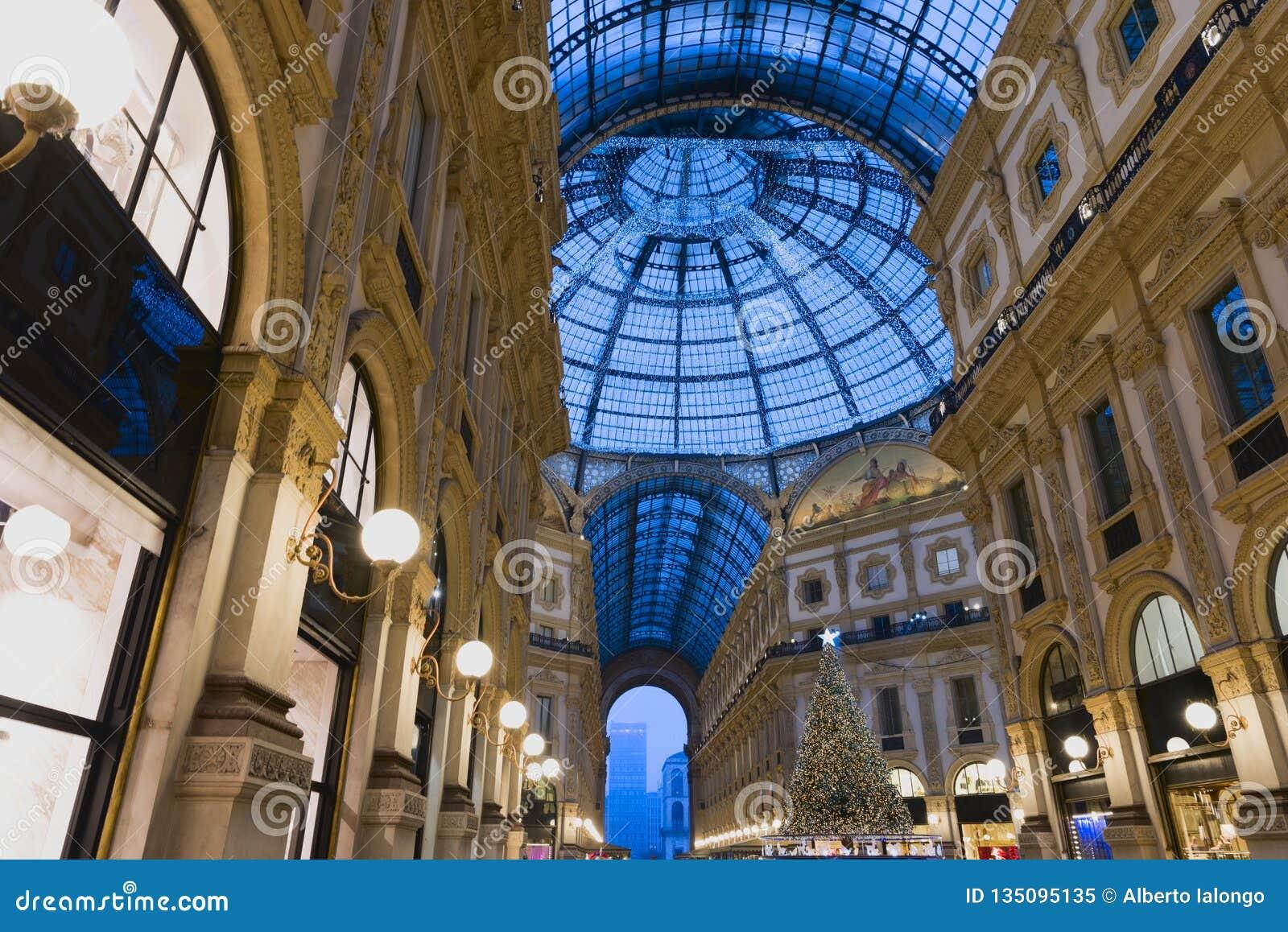 El Caminar En Milan Gallery En La Navidad Imagen De Archivo Imagen De Manera Edificio 135095135