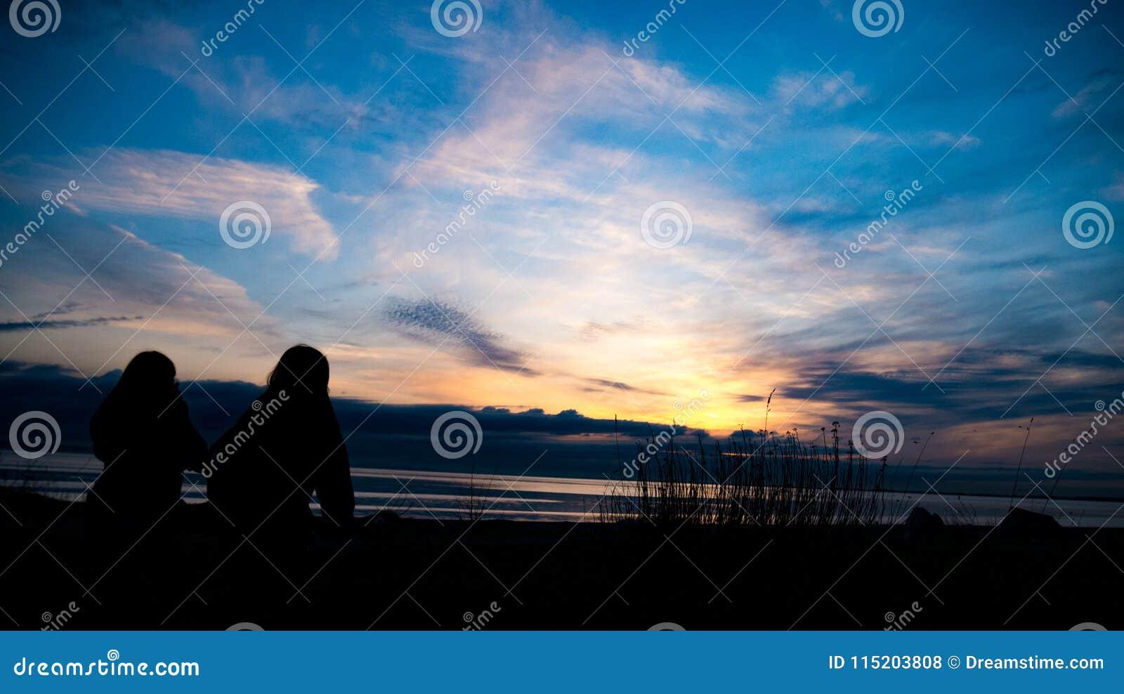 El caminar hacia una puesta del sol hermosa