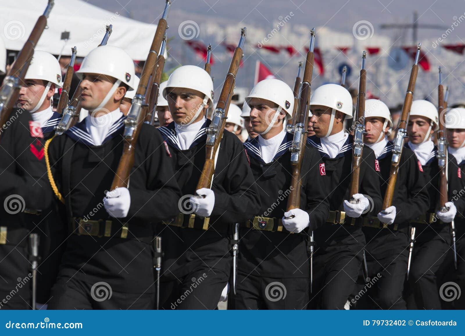El caminar turco de los soldados de la marina de guerra