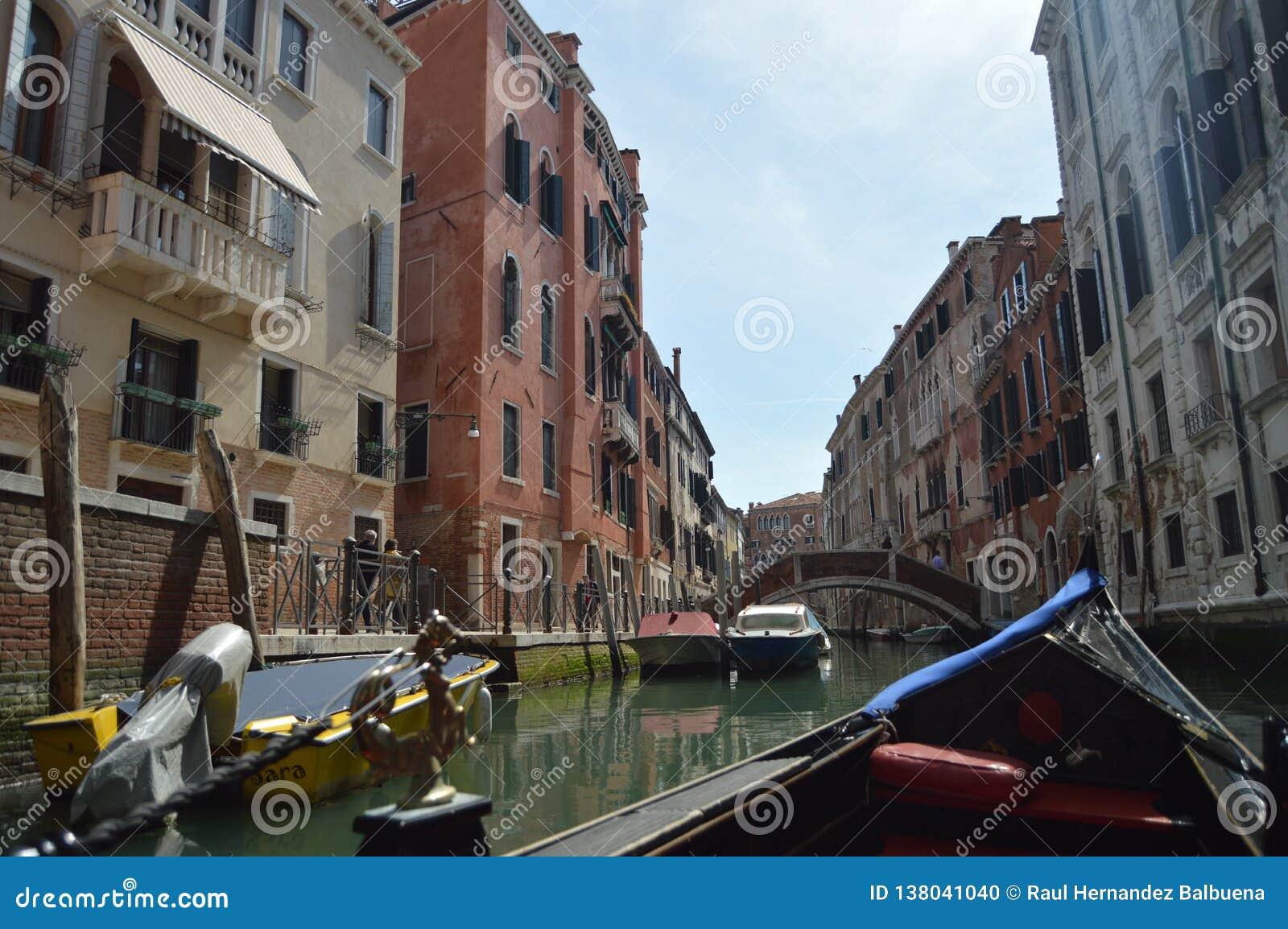 El caminar visto edificios venecianos agradables del estilo en la góndola en Venecia Viaje, días de fiesta, arquitectura 29 de ma