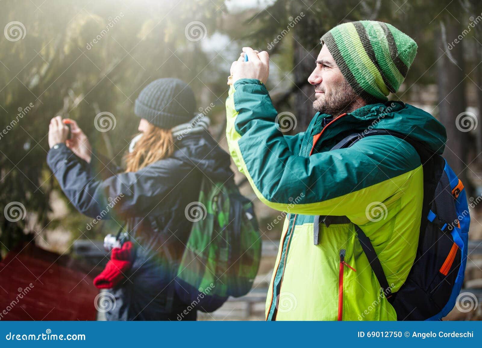 El caminar y fotografía Dos personas que toman una imagen