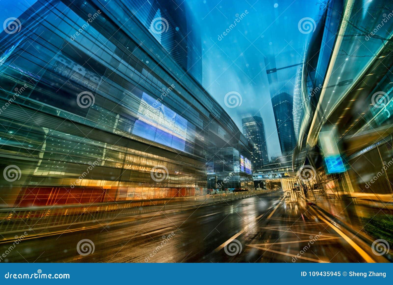 El camino borroso de la escena de la noche de la ciudad imagen de
