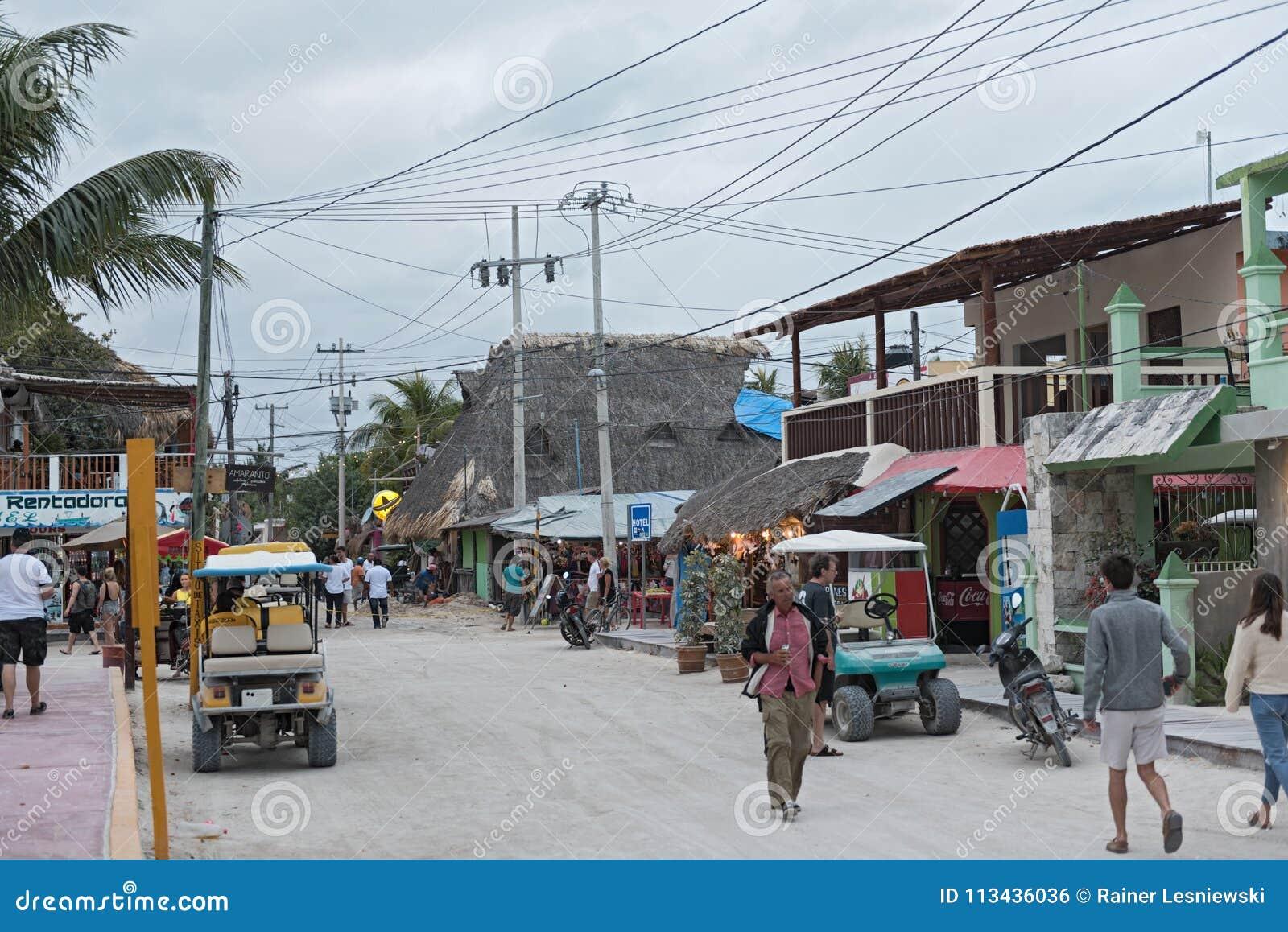 El camino de Sandy con los turistas y las paradas en la isla de Holbox, Quintana Roo, México localizó en la península del Yucatán