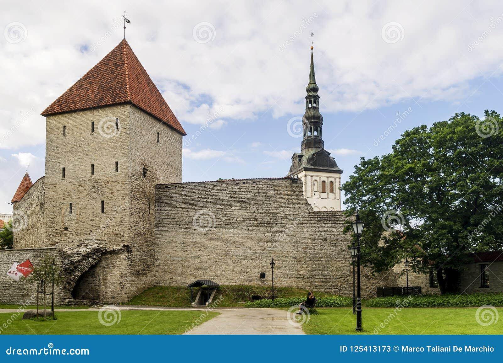 El campanario de la iglesia de San Nicolás aparece detrás de las torres y de las paredes medievales de la ciudad vieja de Tallinn