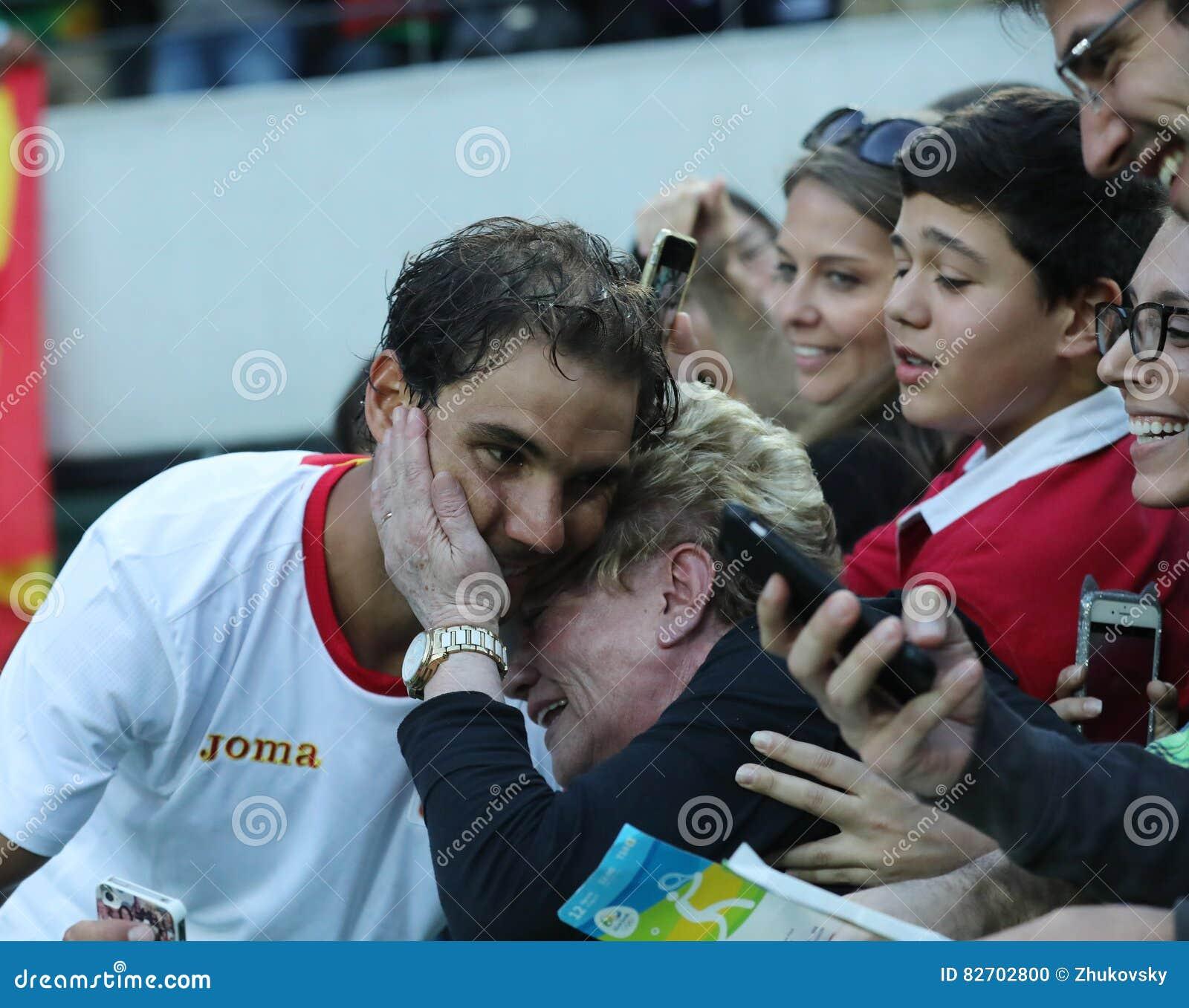 El campeón olímpico Rafael Nadal de España con la fan de tenis después del ` s de los hombres escoge el semifinal de la Río 2016