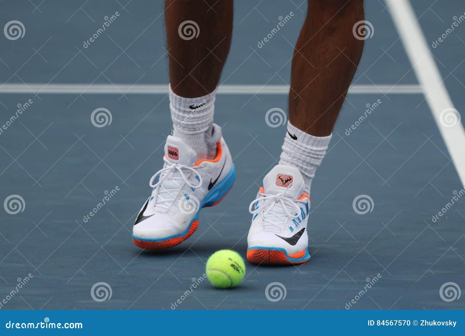 NUEVA YORK 29 de agosto, 2016: campeón de Grand Slam, Rafael Nadal de España lleva personalizados zapatillas de tenis Nike durante el Abierto de