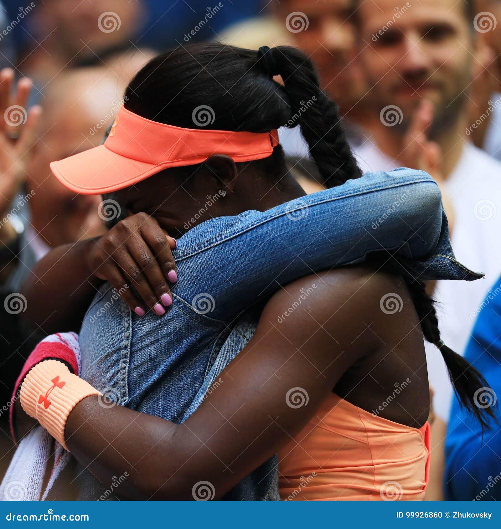 El campeón Sloane Stephens del US Open 2017 de Estados Unidos R celebra la victoria con su madre después de su partido final