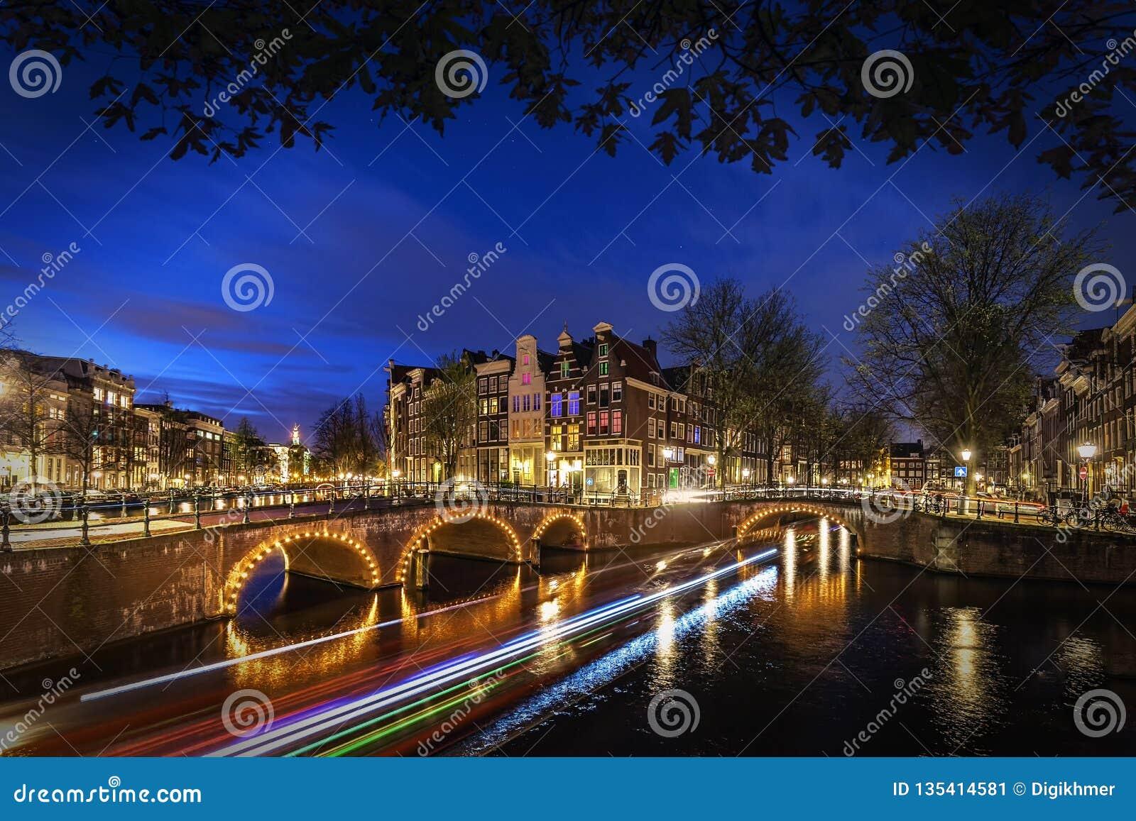 El canal de Amsterdam en la noche