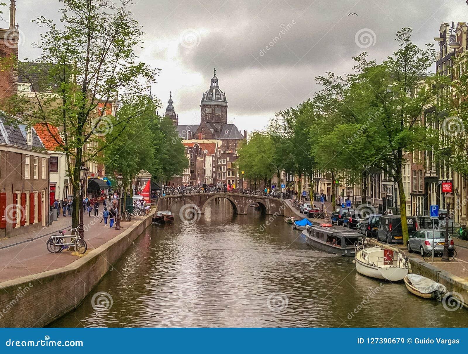 El canal del puente del río de Amsterdam grachten, Holland Netherlands