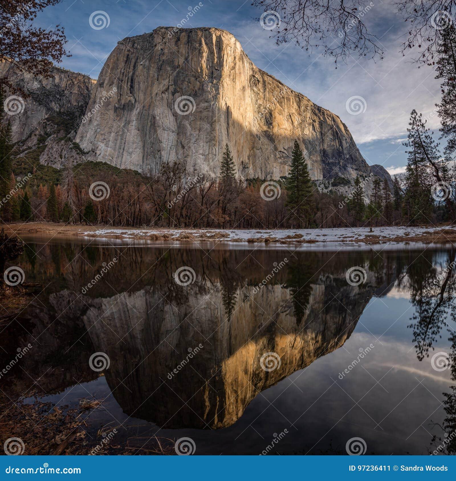 EL Capitan reflejado en el río de Merced