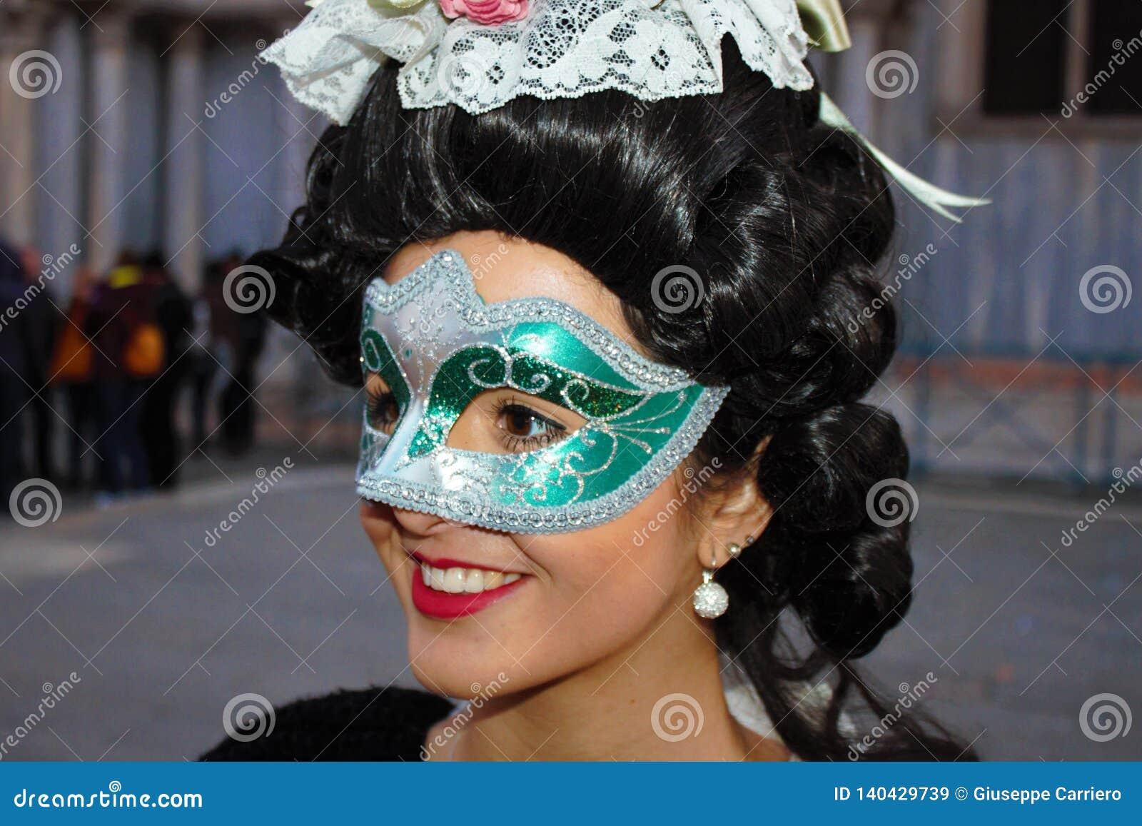 El carnaval de Venecia, retrato de una máscara, durante el carnaval veneciano en la ciudad entera allí es máscaras maravillosas