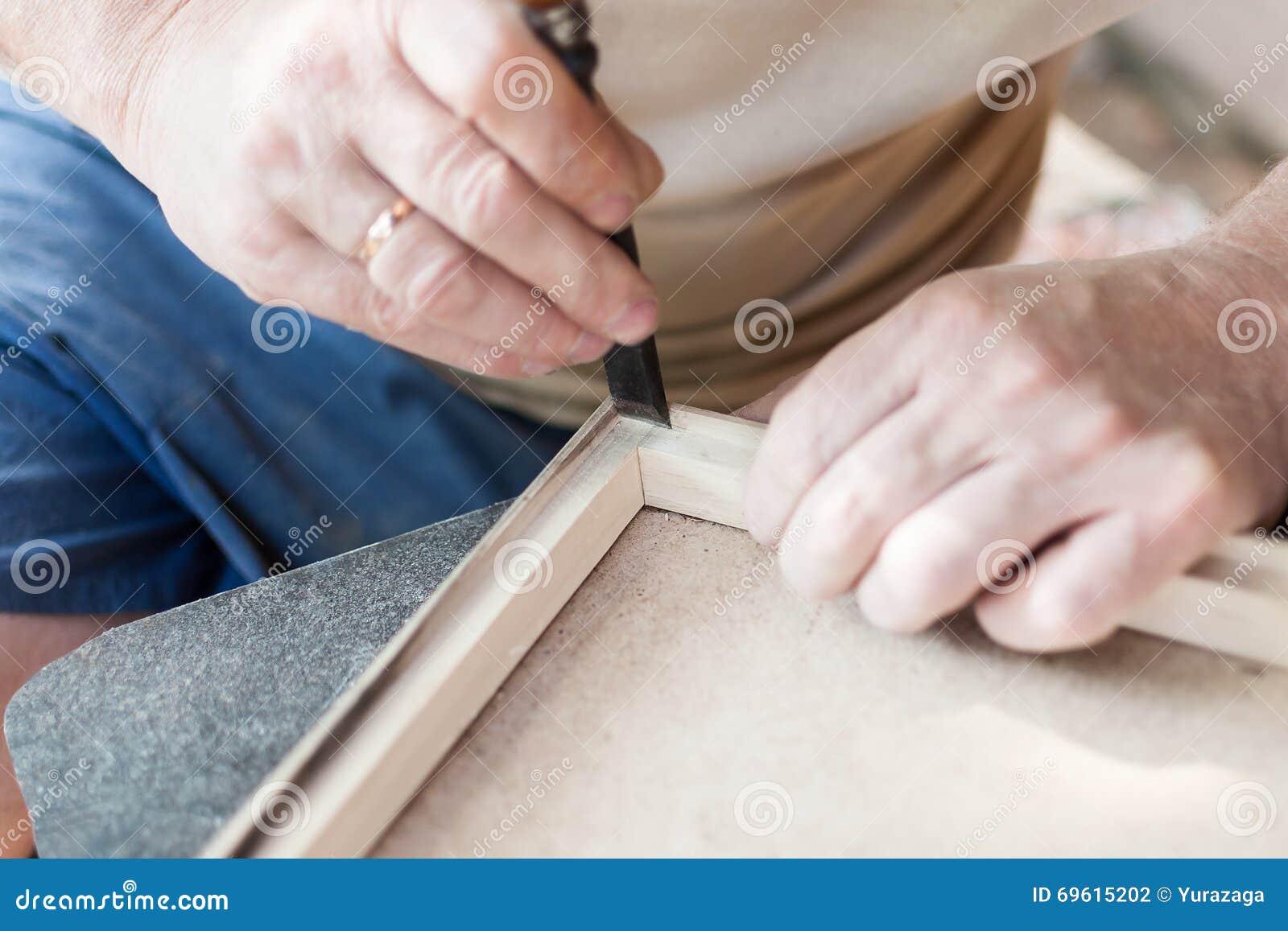 El carpintero está trabajando con el cincel