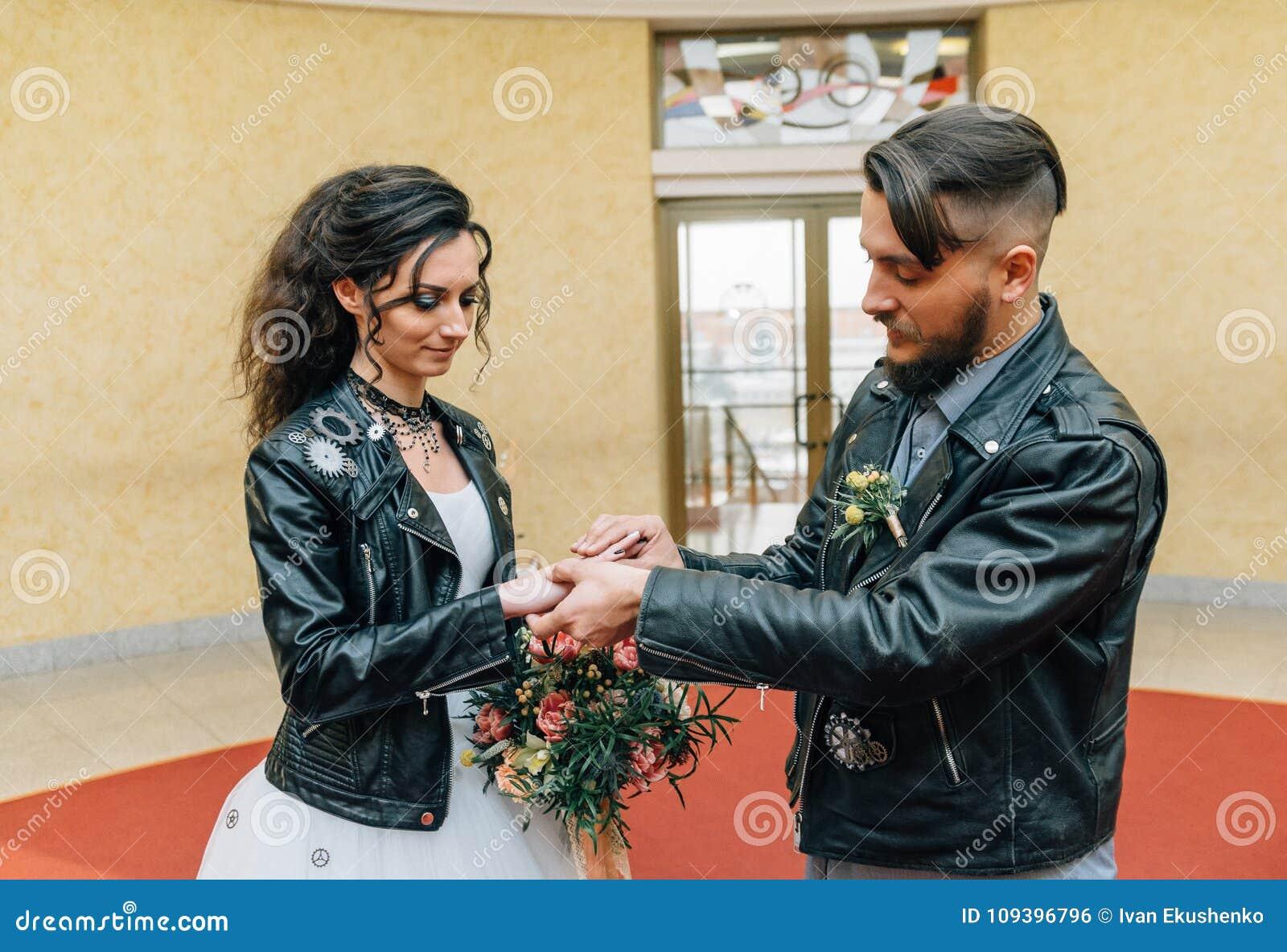 El casarse en el estilo de roca Boda del eje de balancín o del motorista
