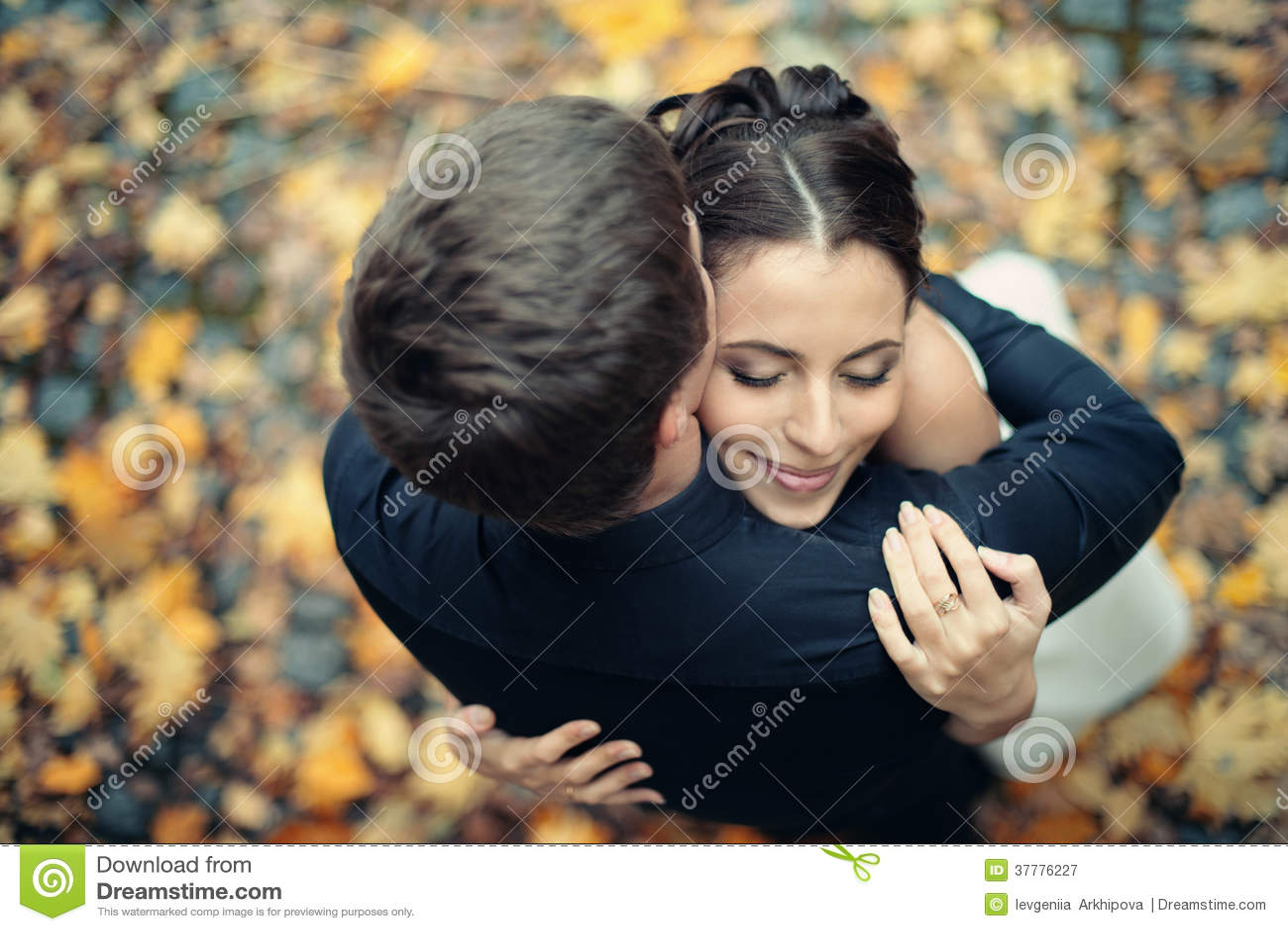 El casarse en parque del otoño
