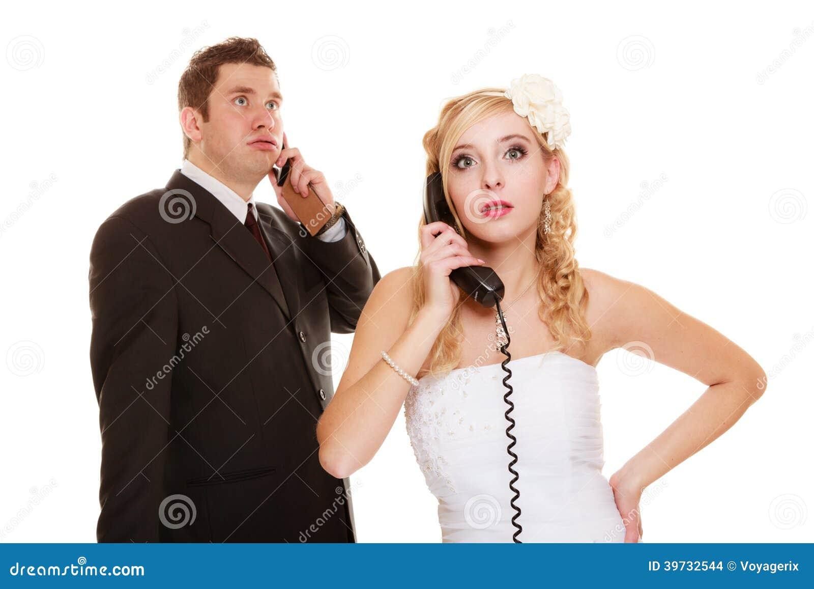 El casarse. Novia enojada y novio que hablan en el teléfono
