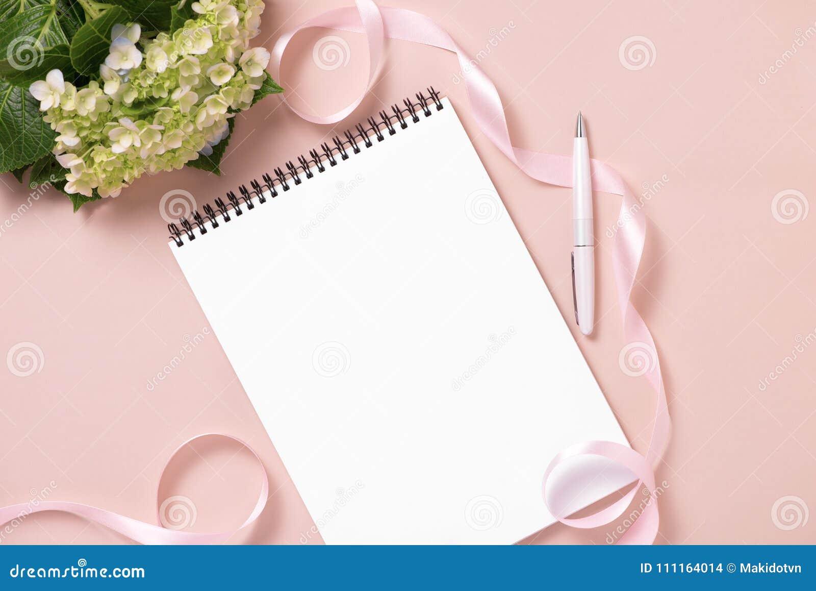 El casarse para hacer la lista con las flores Endecha del plano del planificador de la maqueta