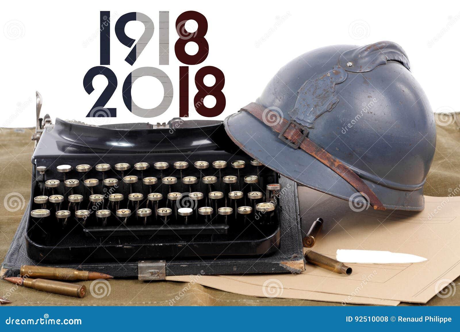El casco militar francés de la primera guerra mundial con viejo escribe a máquina