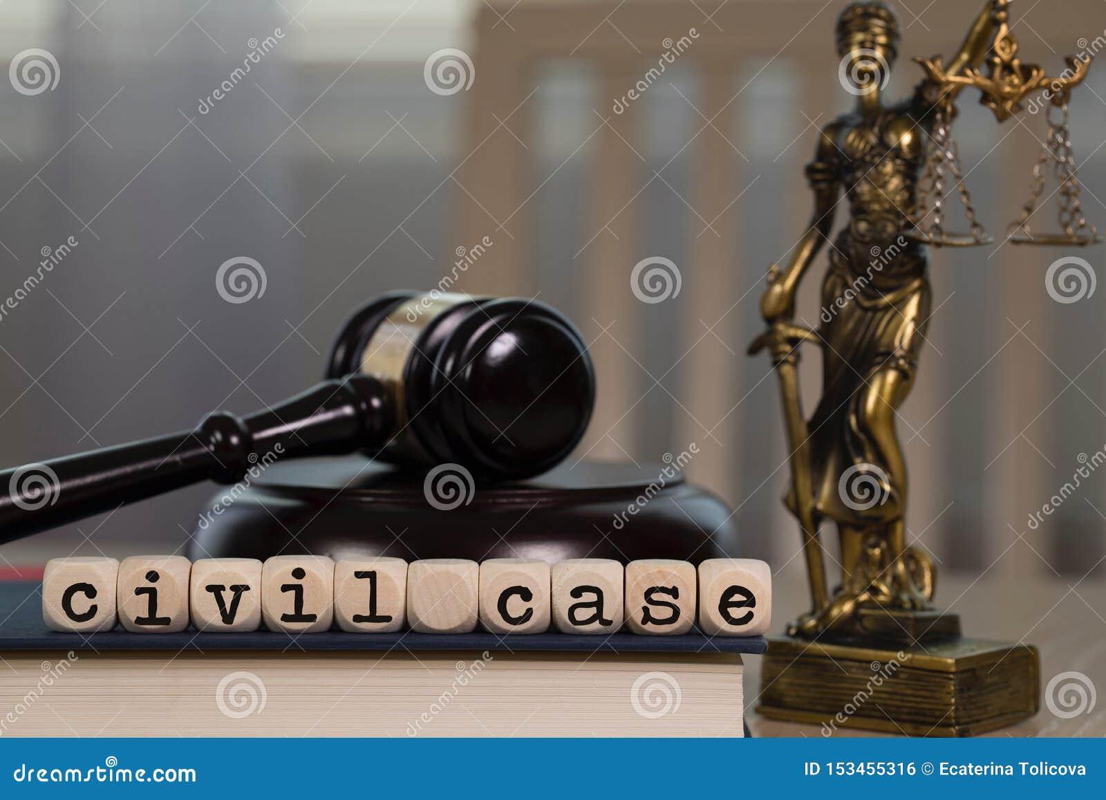 El CASO CIVIL de las palabras integrado por de madera corta en cuadritos Mazo y estatua de madera de Themis en el fondo