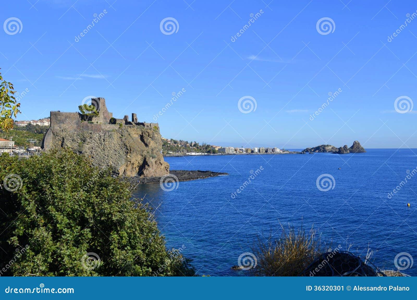 El castillo de Acicastello y las pilas de Acitrezza.
