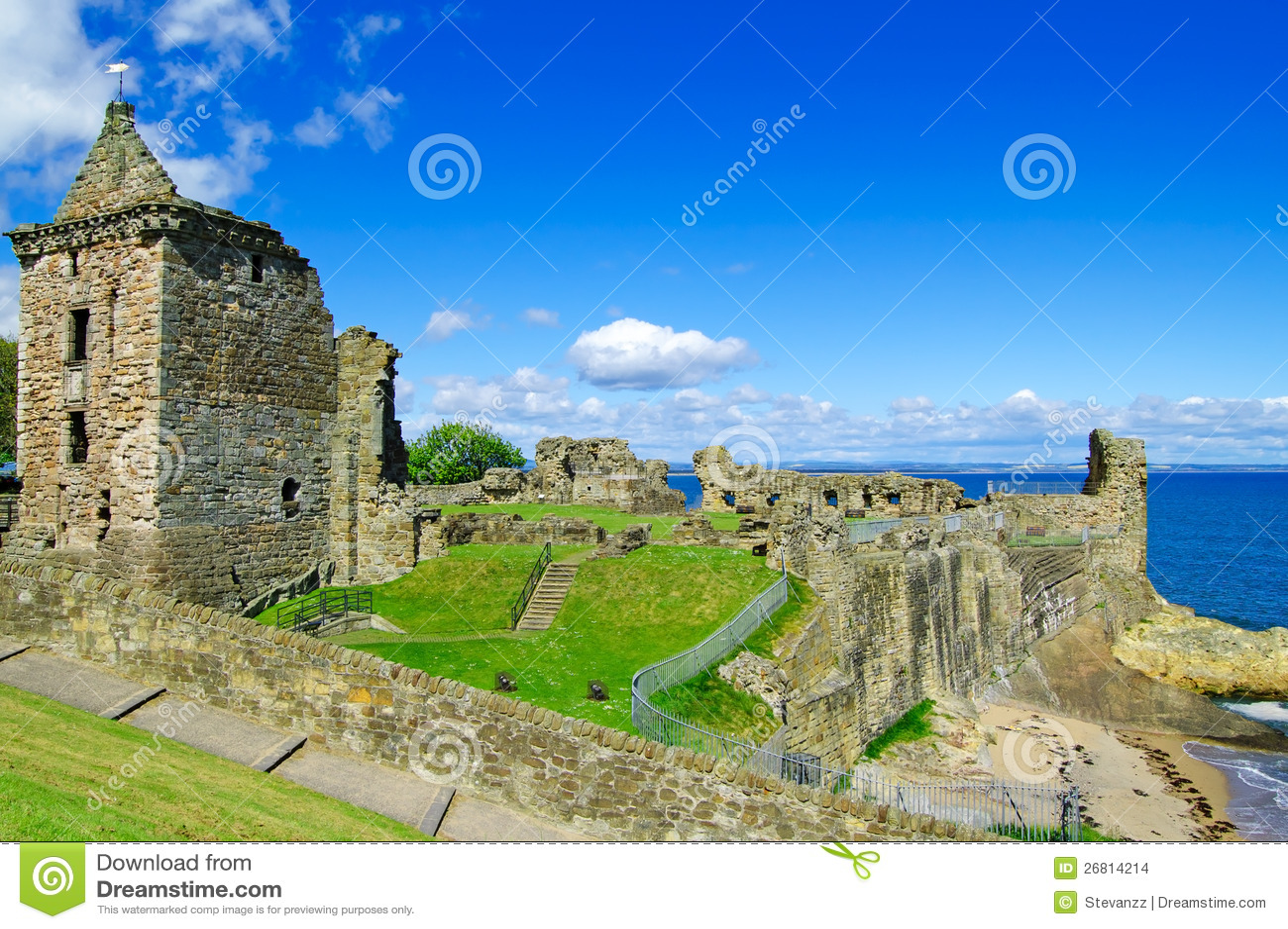 El castillo del St Andrews arruina la señal. Fife, Escocia.
