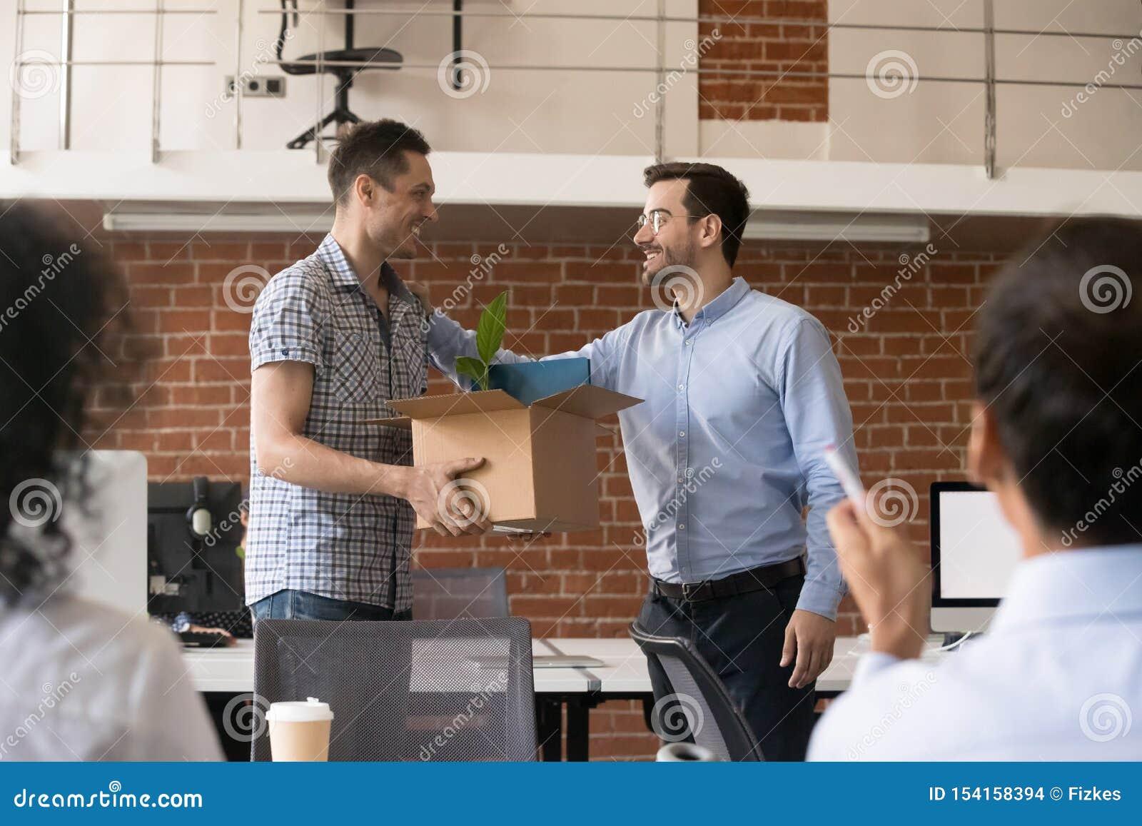 El CEO amistoso de la compañía está acogiendo con satisfacción al nuevo empleado