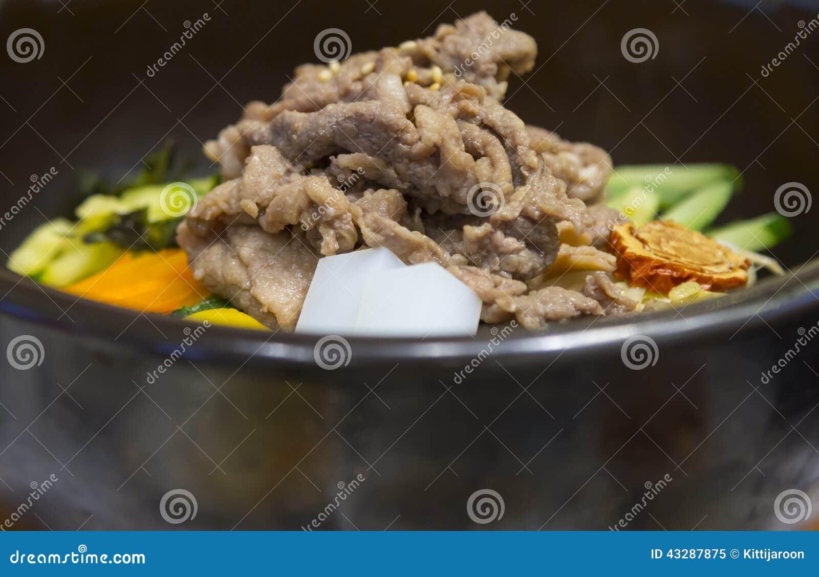 El cerdo con agitación del arroz encendió la comida del estilo coreano