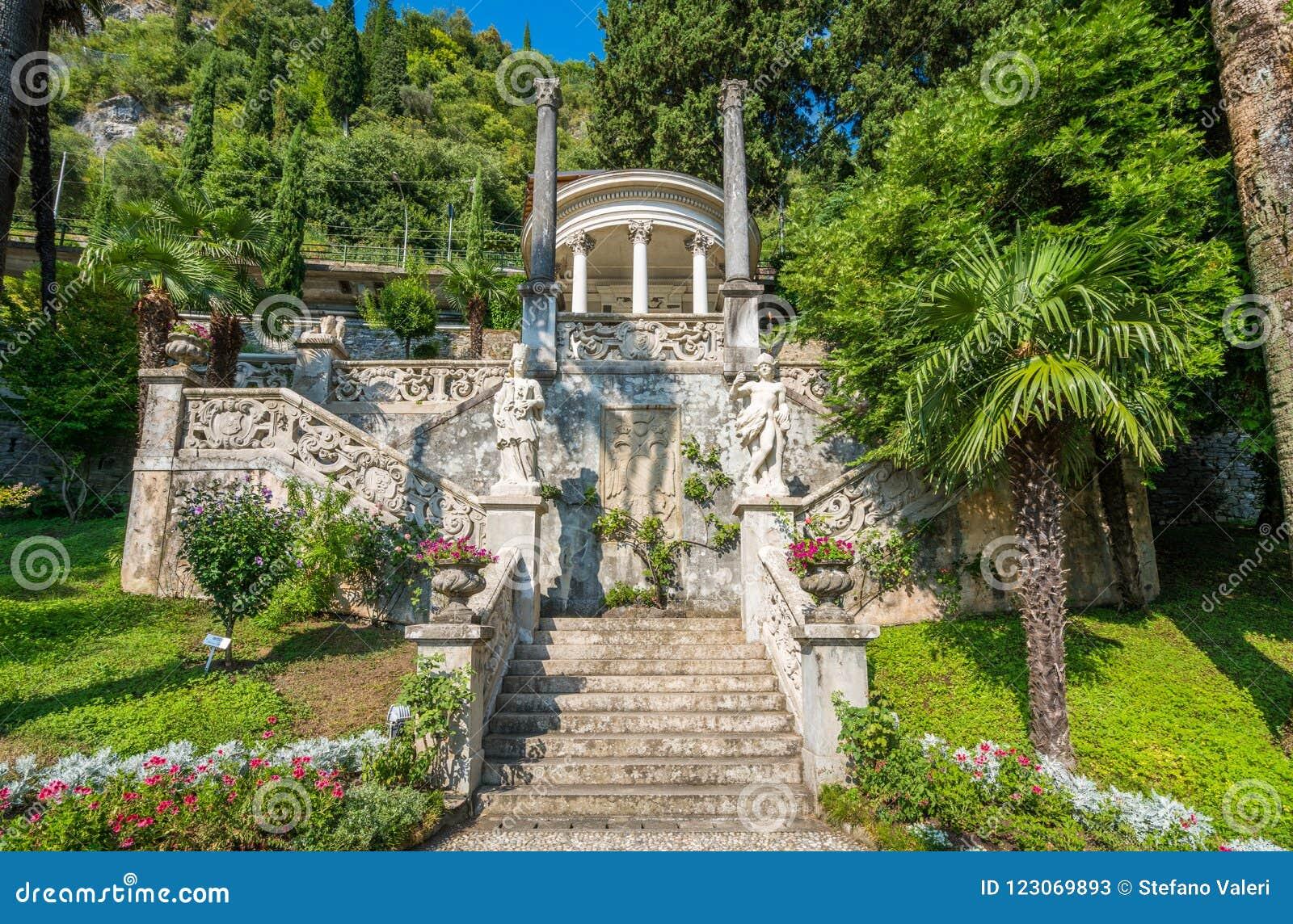El chalet hermoso Monastero en Varenna en un día de verano soleado Lago Como, Lombardía, Italia
