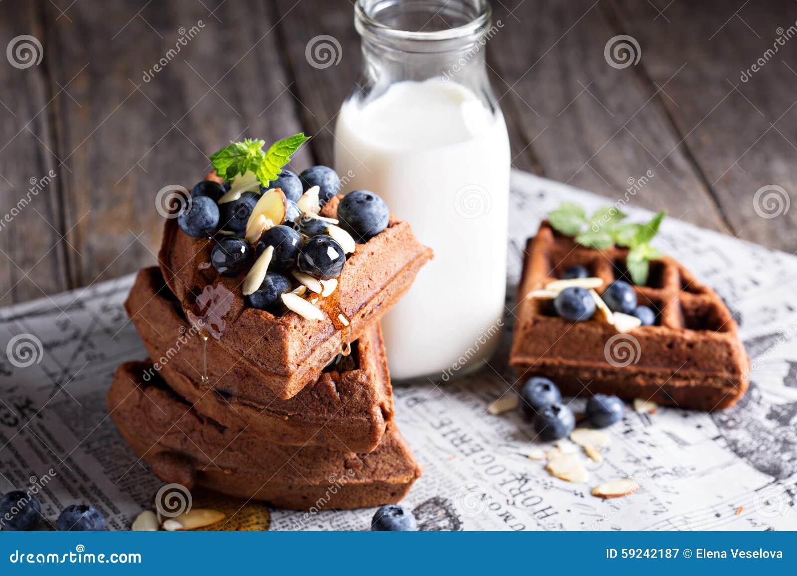Download El Chocolate Se Enrolla Con Leche Imagen de archivo - Imagen de botella, montón: 59242187