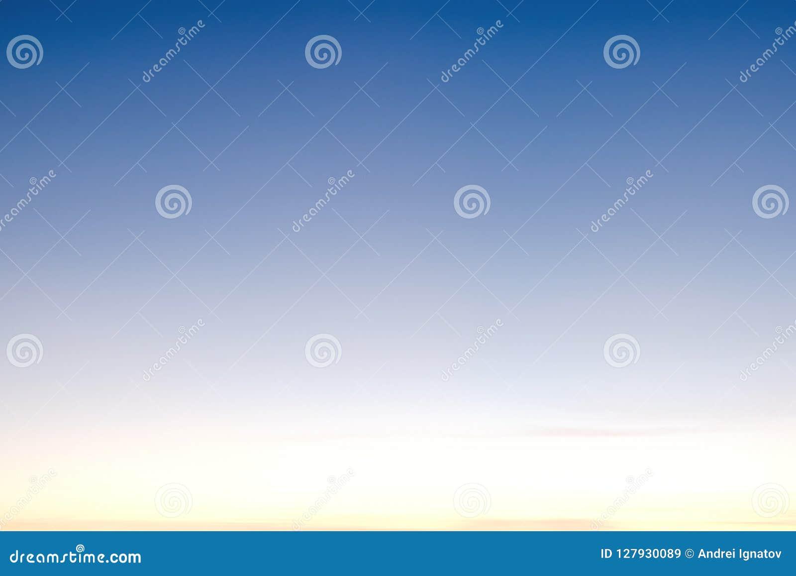 El cielo azul claro con las nubes, se puede utilizar como fondo