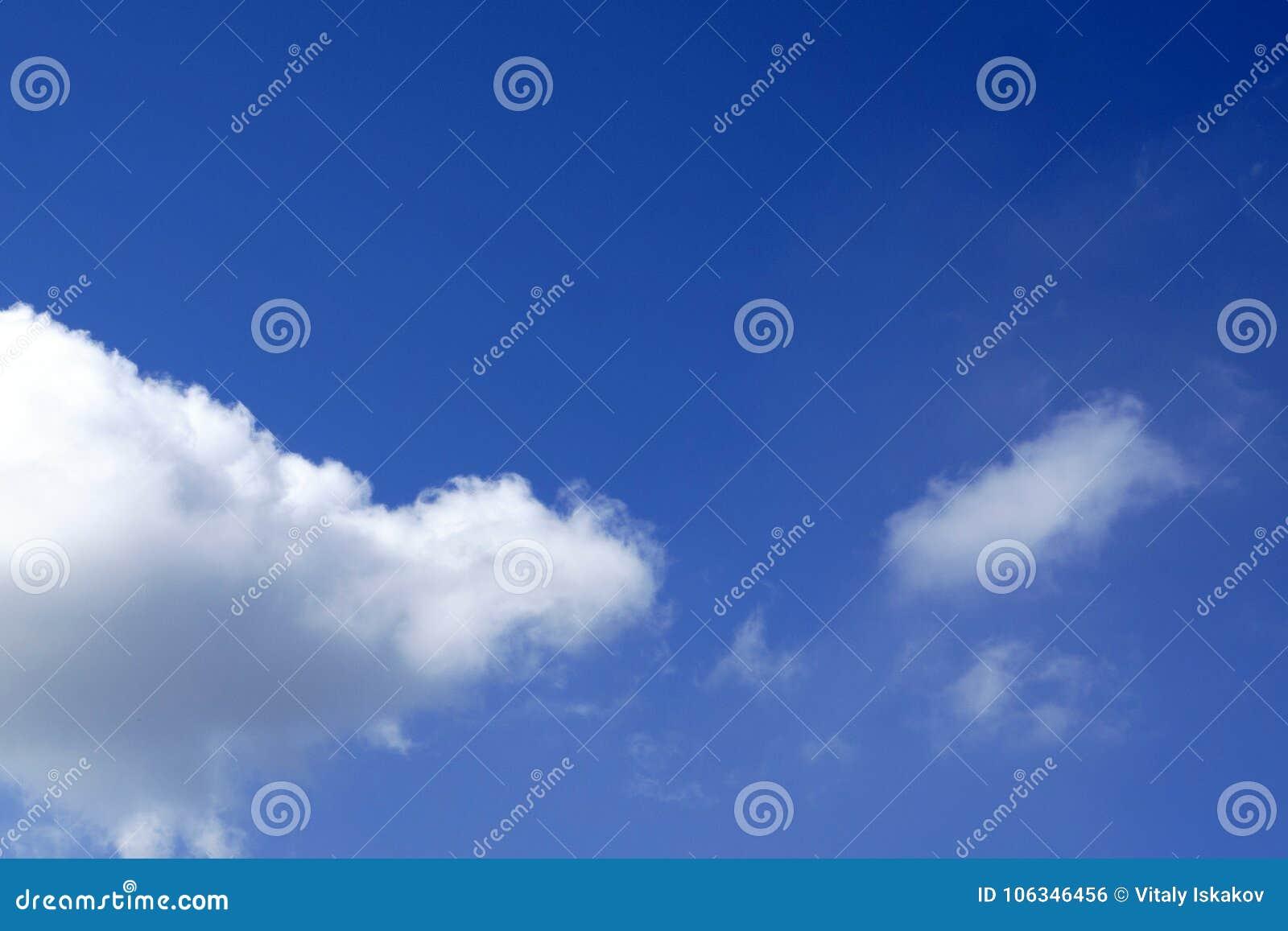 El cielo azul claro de la primavera con las nubes, se puede utilizar como fondo