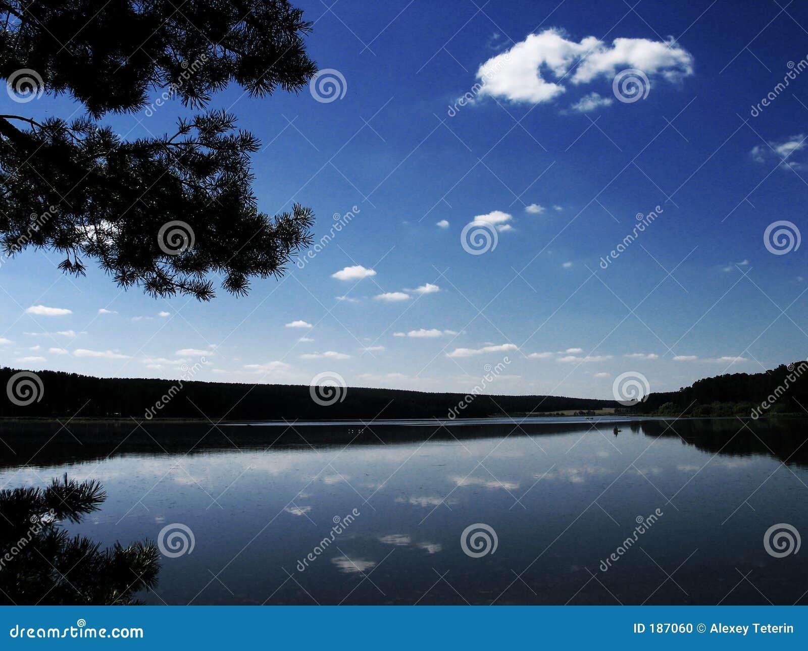 El cielo azul en el lago