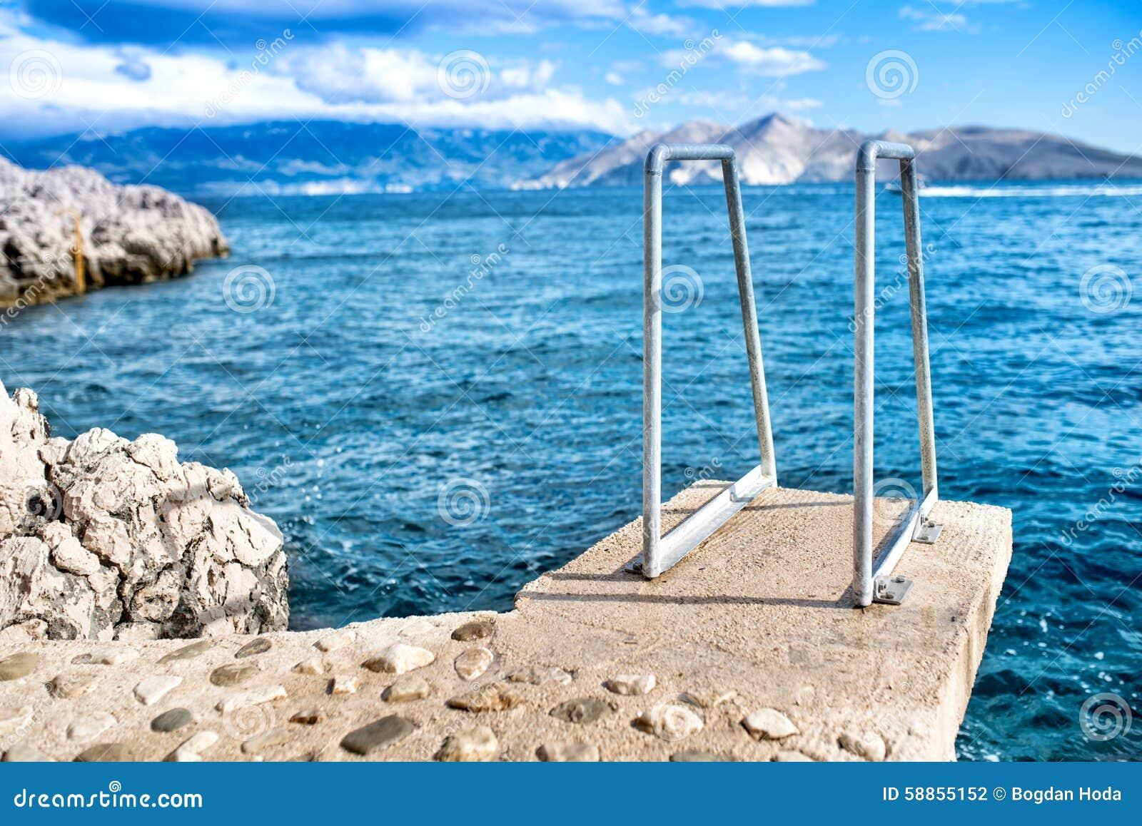 El cielo azul y el agua clara, el horizonte de mar y las rocas en la isla wallpaper
