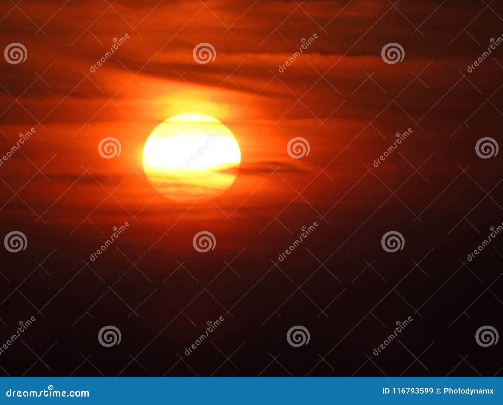 El cielo de la pintura del watercolour de la puesta del sol se nubla arte
