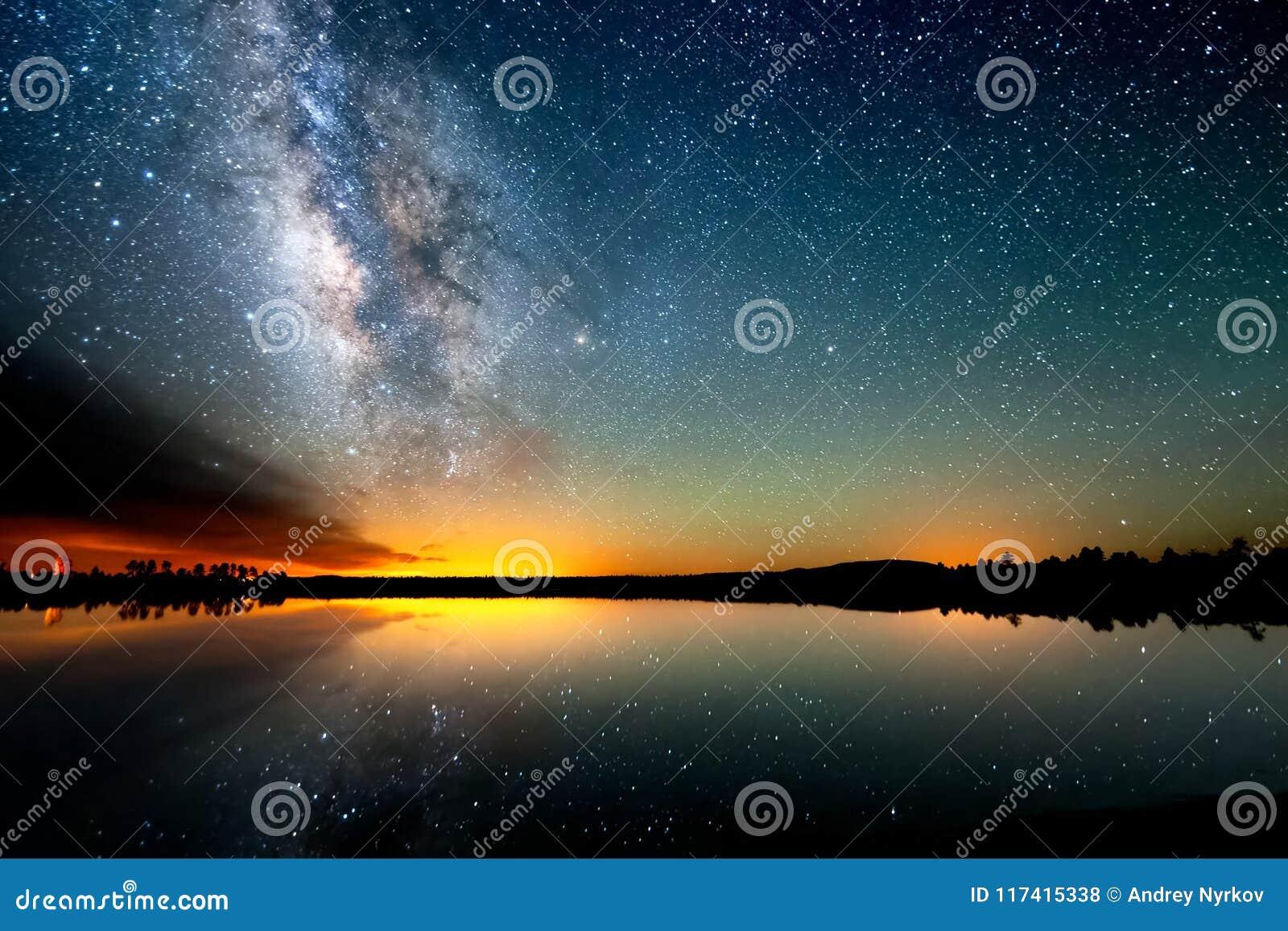El cielo estrellado, la vía láctea Foto de la exposición larga Paisaje de la noche