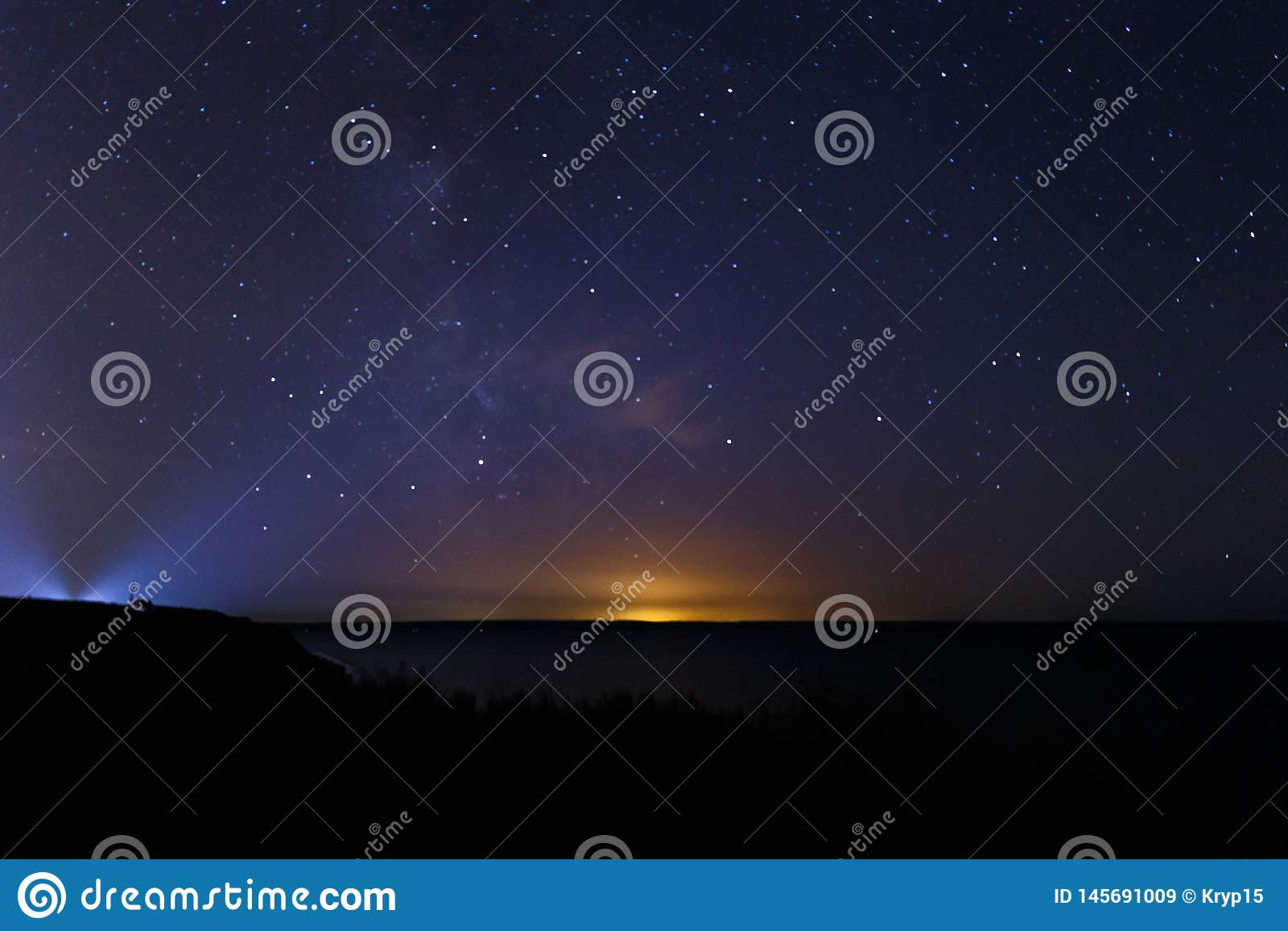 El cielo nocturno oscuro azul con muchos protagoniza