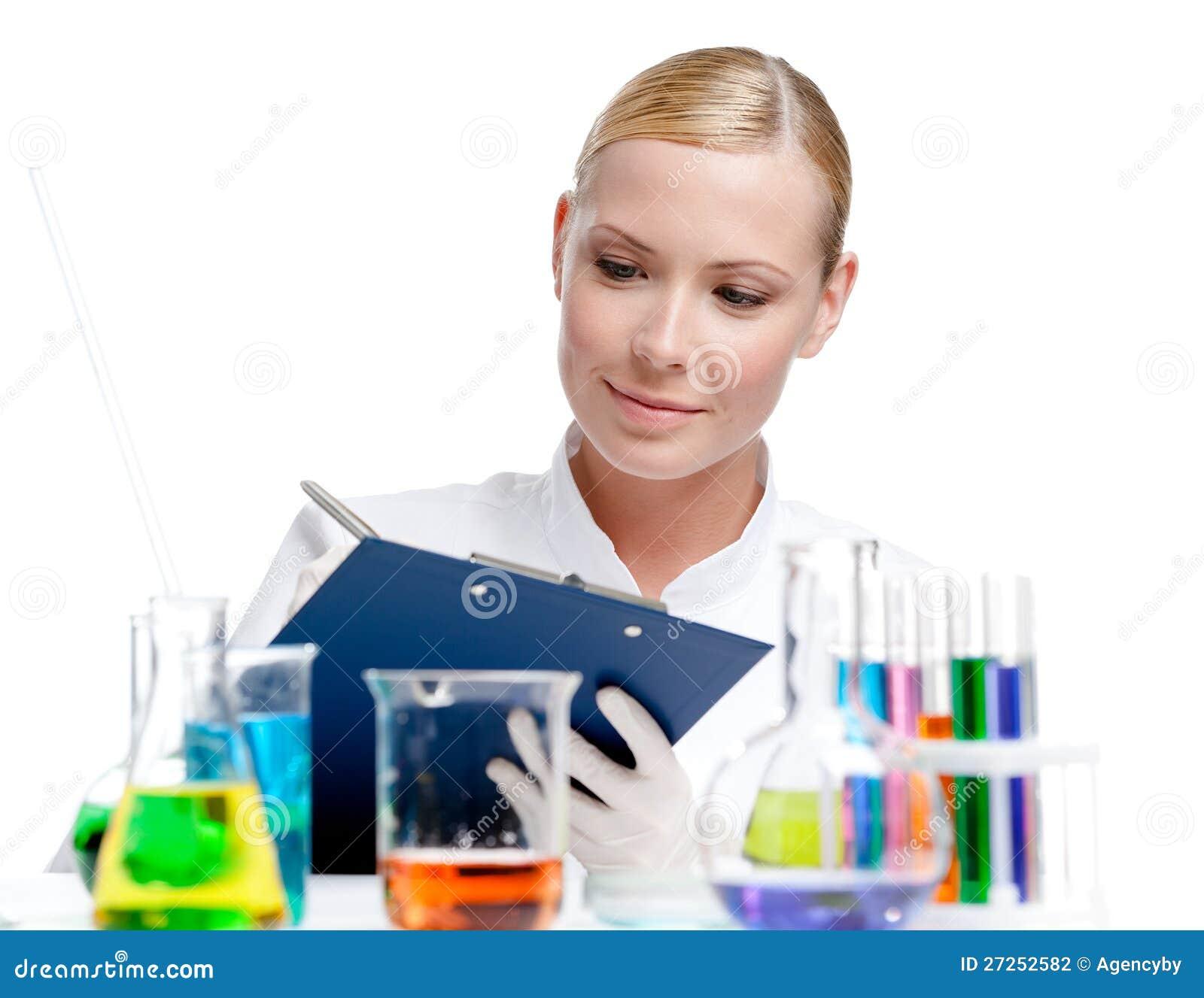 El científico de la señora hace algunas notas