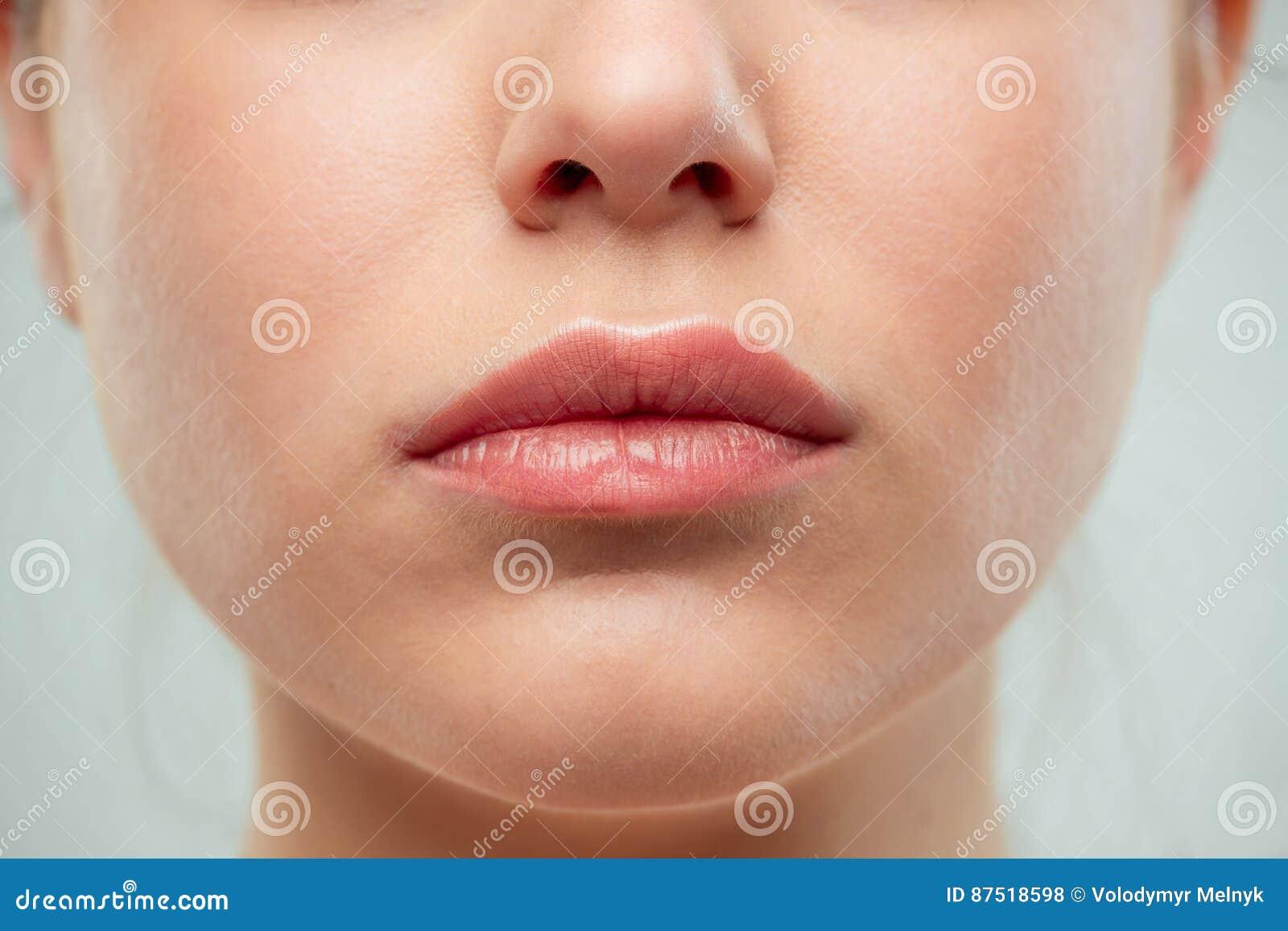 El cierre encima del tiro de los labios de la mujer