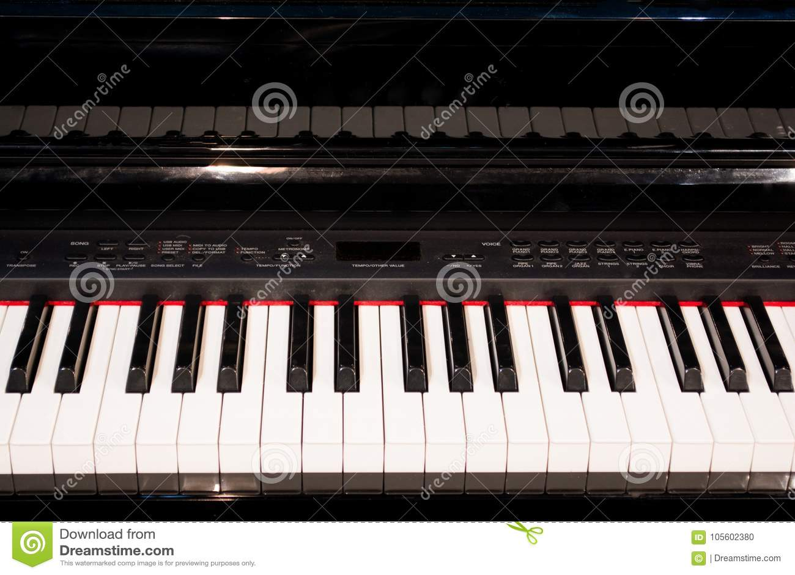 El cierre para arriba de las llaves electrónicas del piano cierra la visión frontal