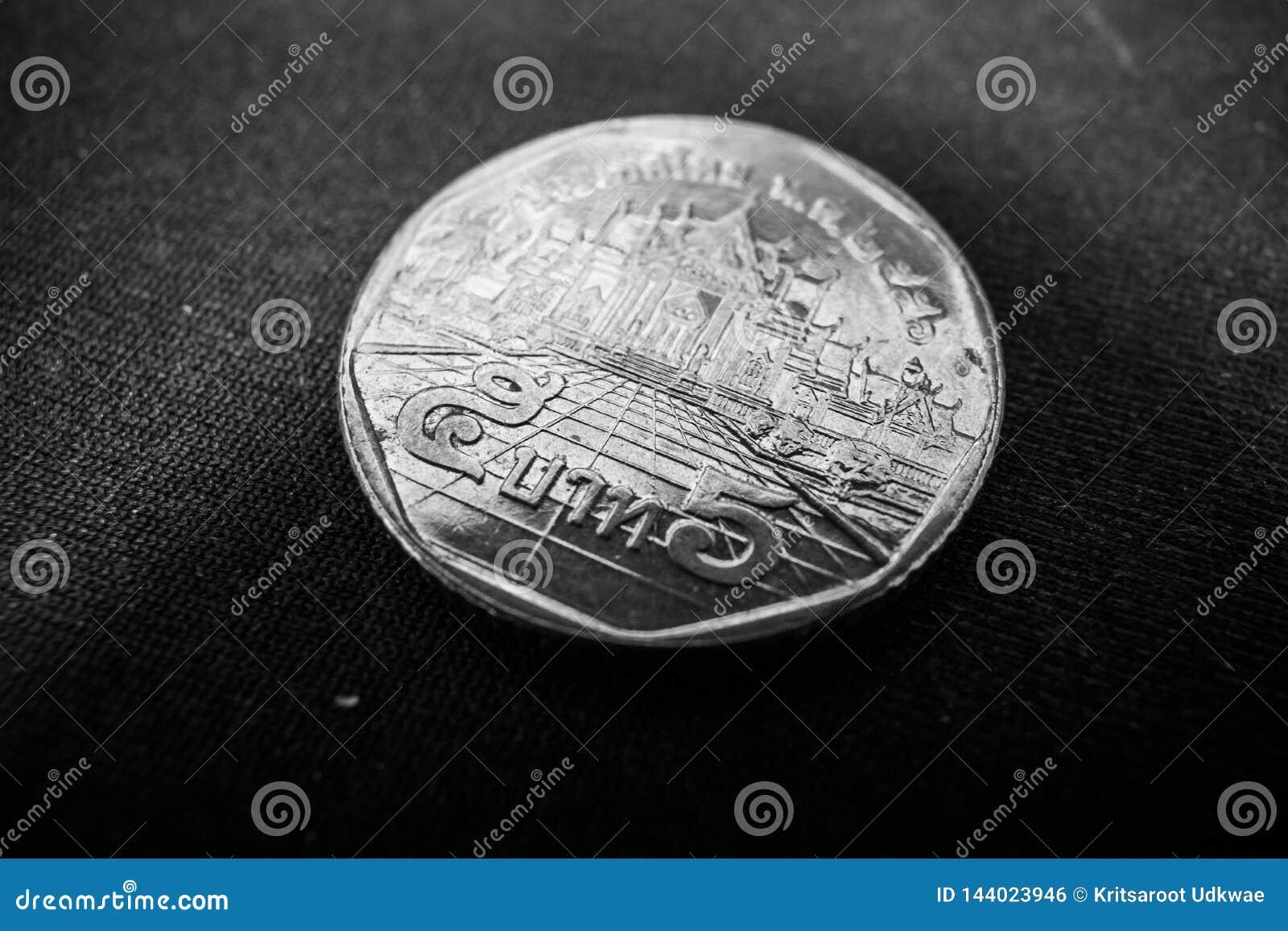El cierre para arriba del baht tailandés de la moneda 5