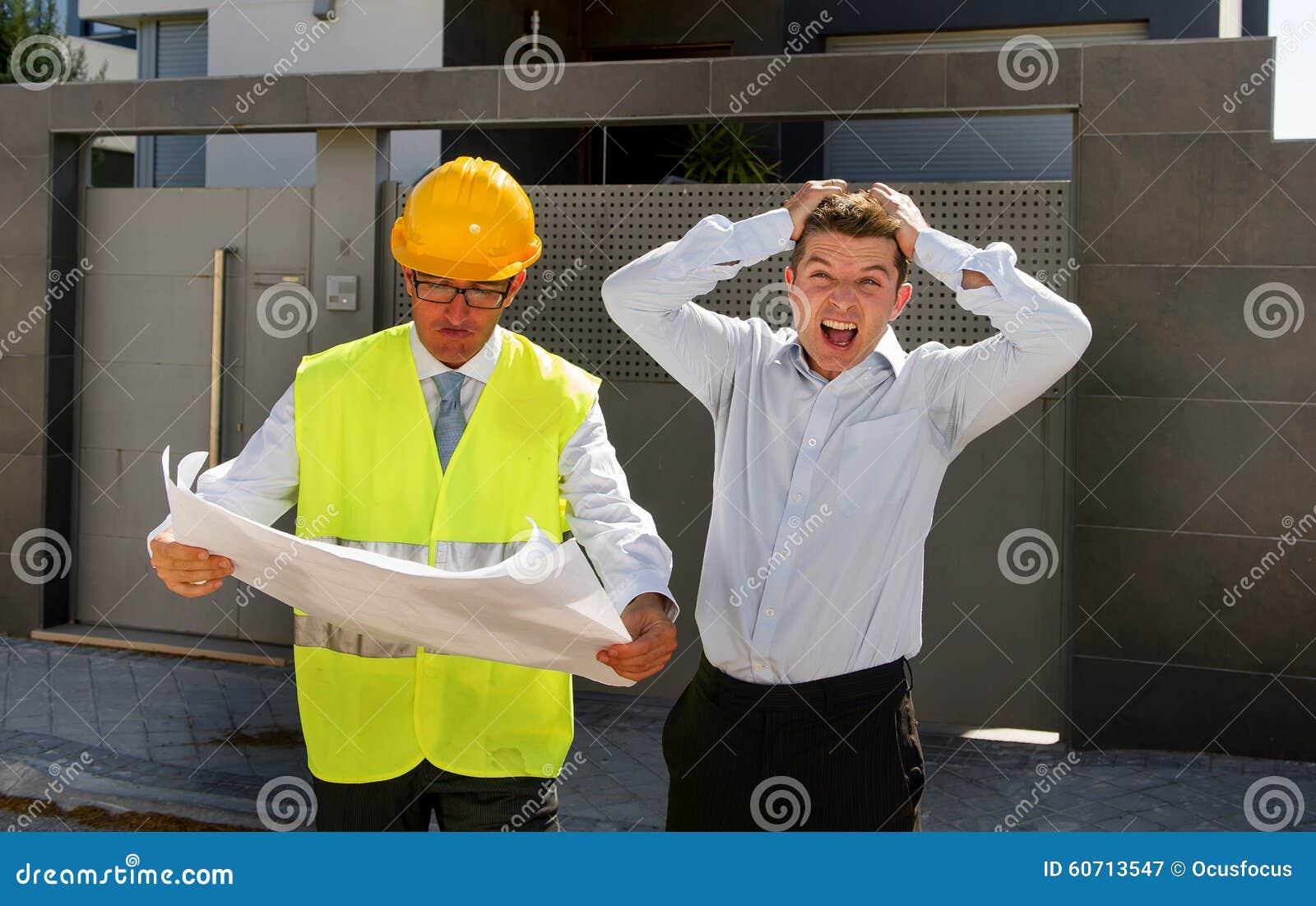 El cliente descontento en la tensión y el trabajador del capataz del constructor con el casco y el chaleco que discuten al aire l