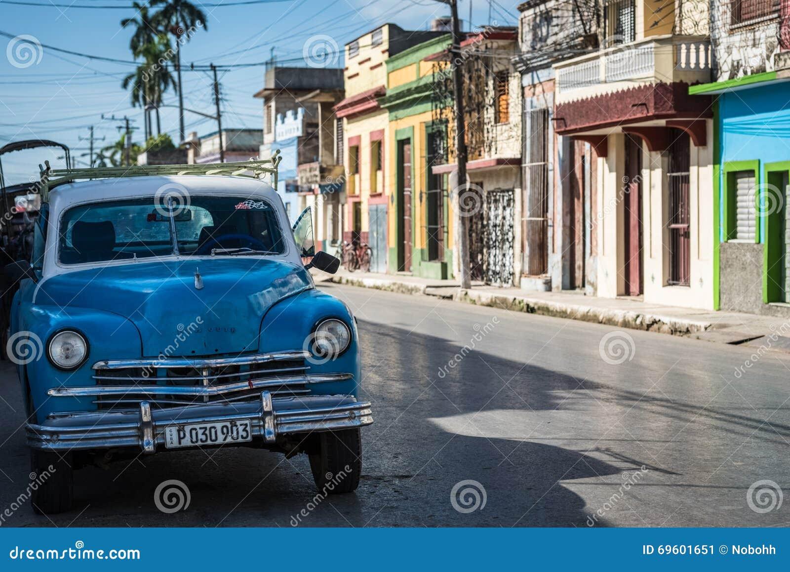 El coche clásico americano azul de HDR parqueó en la calle en Santa Clara Cuba