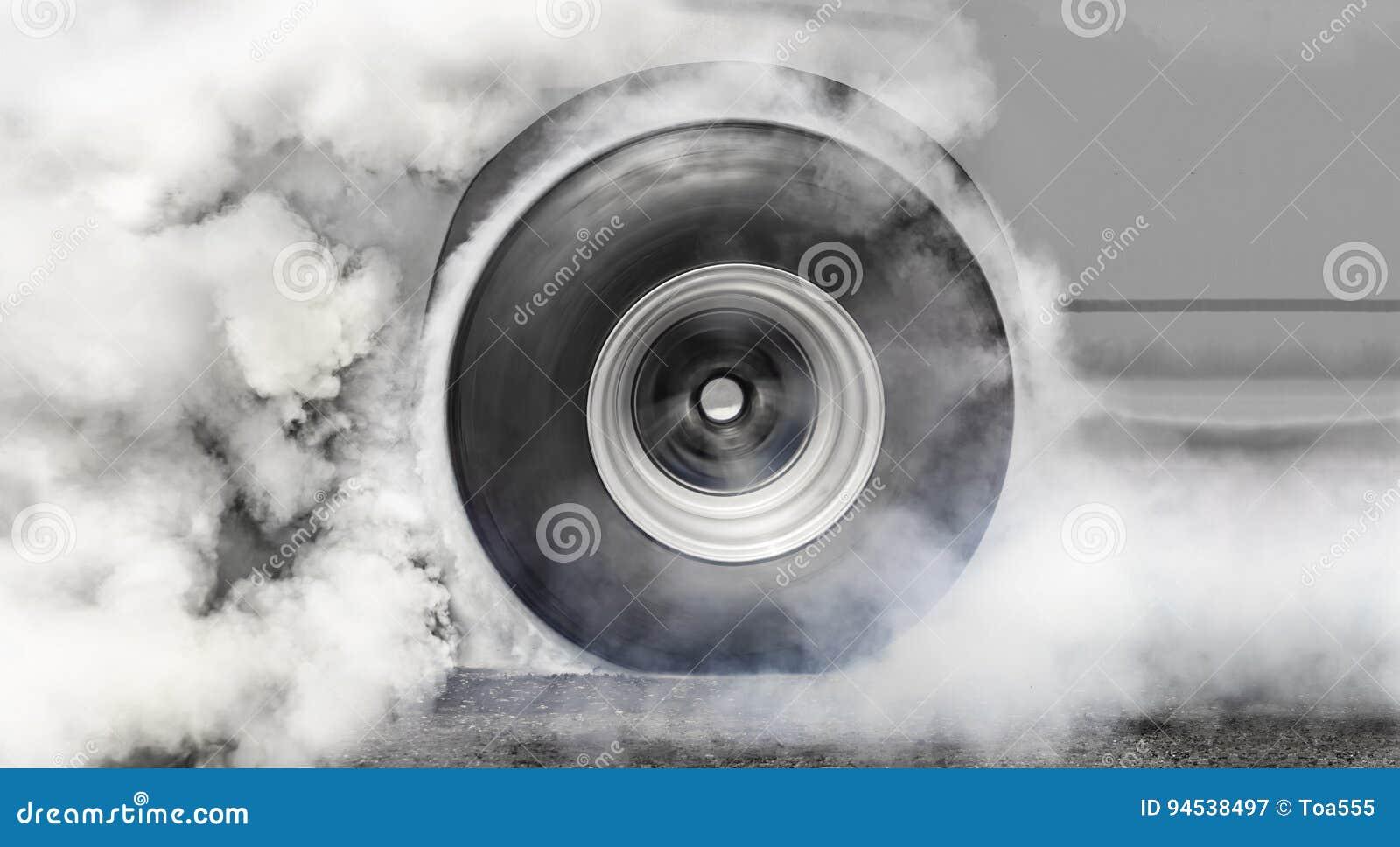 El coche de competición de fricción quema los neumáticos para la raza