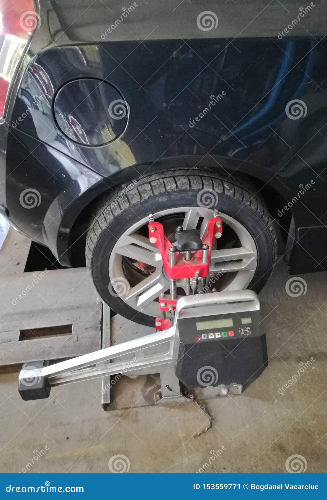 El coche en servicio necesita alinear las ruedas se requiere la alineación de rueda