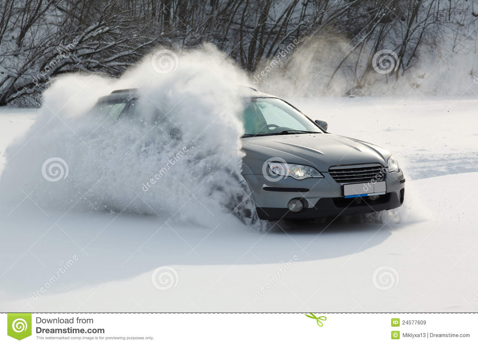 El coche se está moviendo rápidamente sobre la nieve lisa